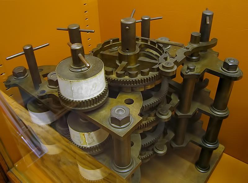 Část Babbageova diferenčního stroje, který, za použití součástek nalezených v dílně, sestavil jeho syn. - zdroj: https://cs.wikipedia.org/wiki/Charles_Babbage#/media/File:BabbageDifferenceEngine.jpg