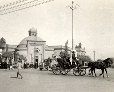 https://upload.wikimedia.org/wikipedia/commons/5/53/Baghdad-Carriage_1930.jpg