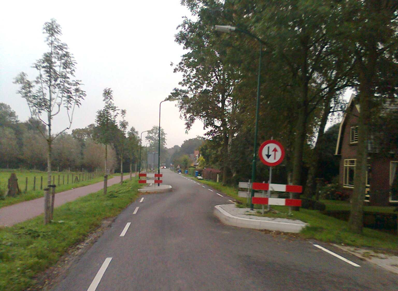https://upload.wikimedia.org/wikipedia/commons/5/53/Breudijk%2C_wegversmalling_-_panoramio.jpg