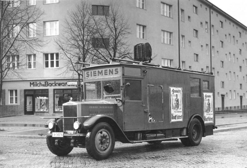 Lautsprecherwagen der NSDAP während des Wahlkampfes zur Reichspräsidentenwahl 1932 im Berliner Bezirk Pankow