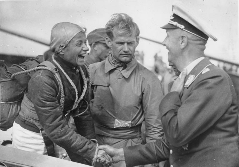 Bundesarchiv Bild 183-W-0801-512, Rhön, Hanna Reitsch beim Segelflug-Wettbewerb.jpg