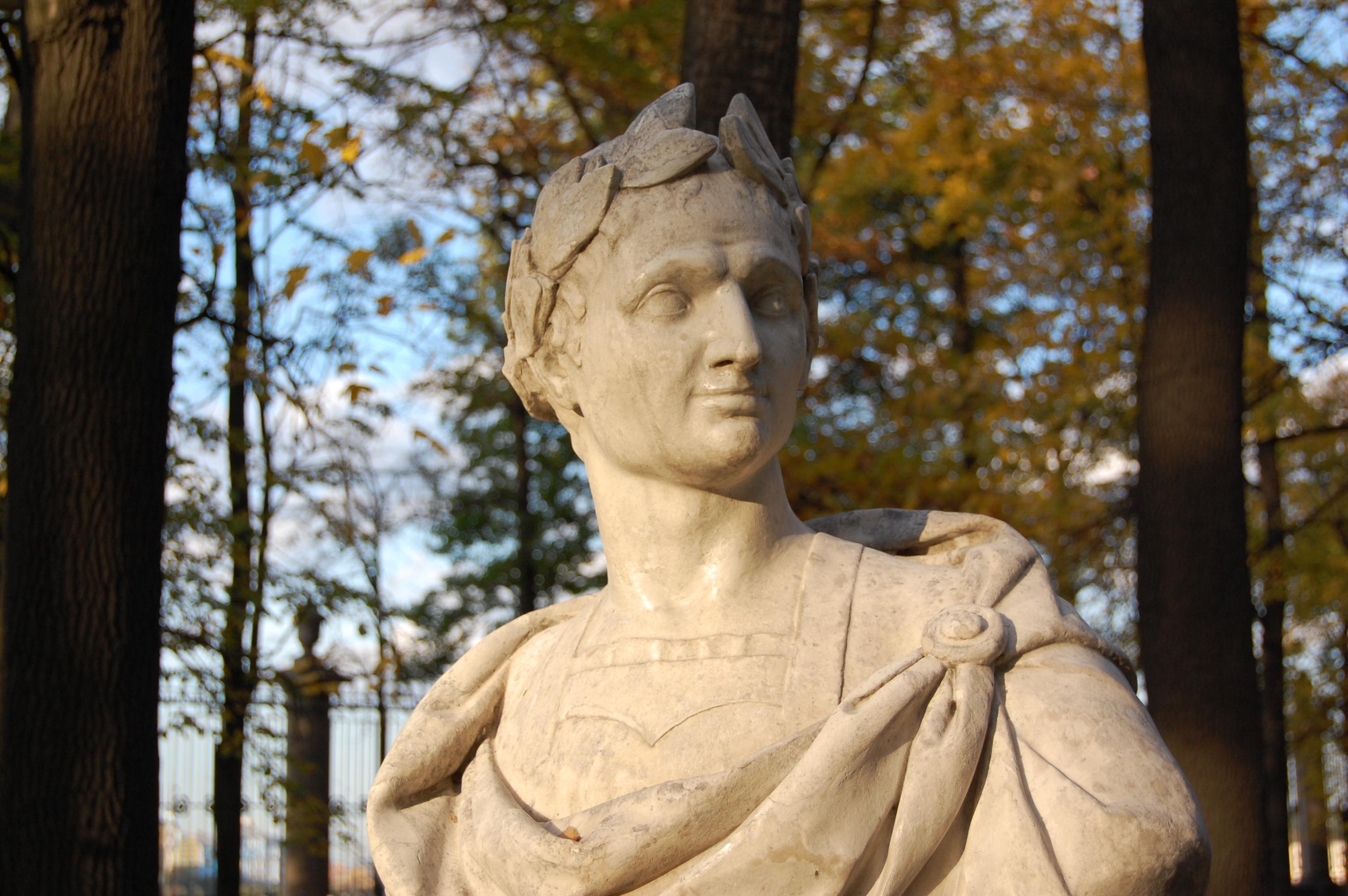 Bust of Julius Caesar in Summer Garden of Saint-Petersburg @ Mithrandire CC-BY-SA-3.0