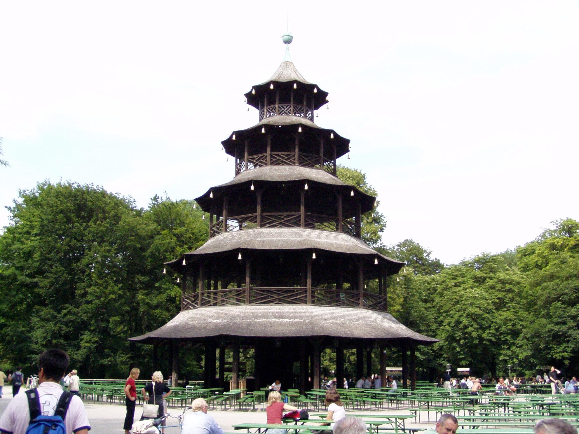 La torre cinese nell Englischer Garten meta sia di turisti sia di cittadini di Monaco
