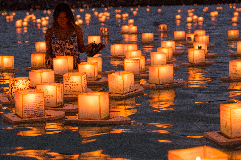 file hawaii lantern floating ceremony 2016 27094308390 jpg