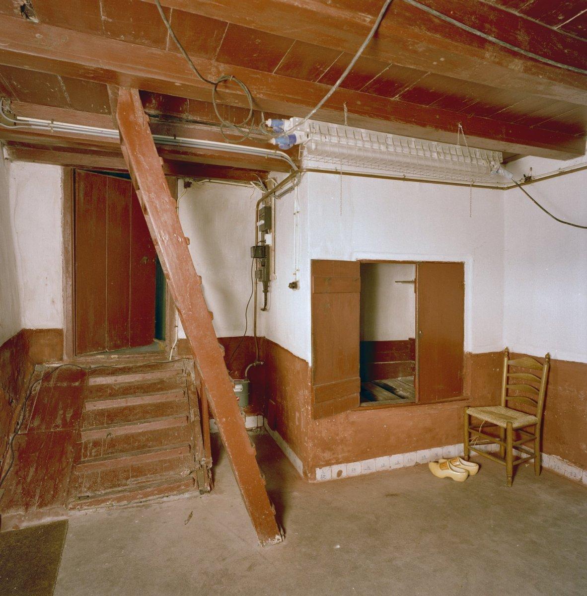 File interieur voorhuis met bedstede trap naar opkamer kelderluik delfts blauwe plinten - Model interieur trap ...
