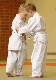 Kaksi lasta harjoittelee judoa.