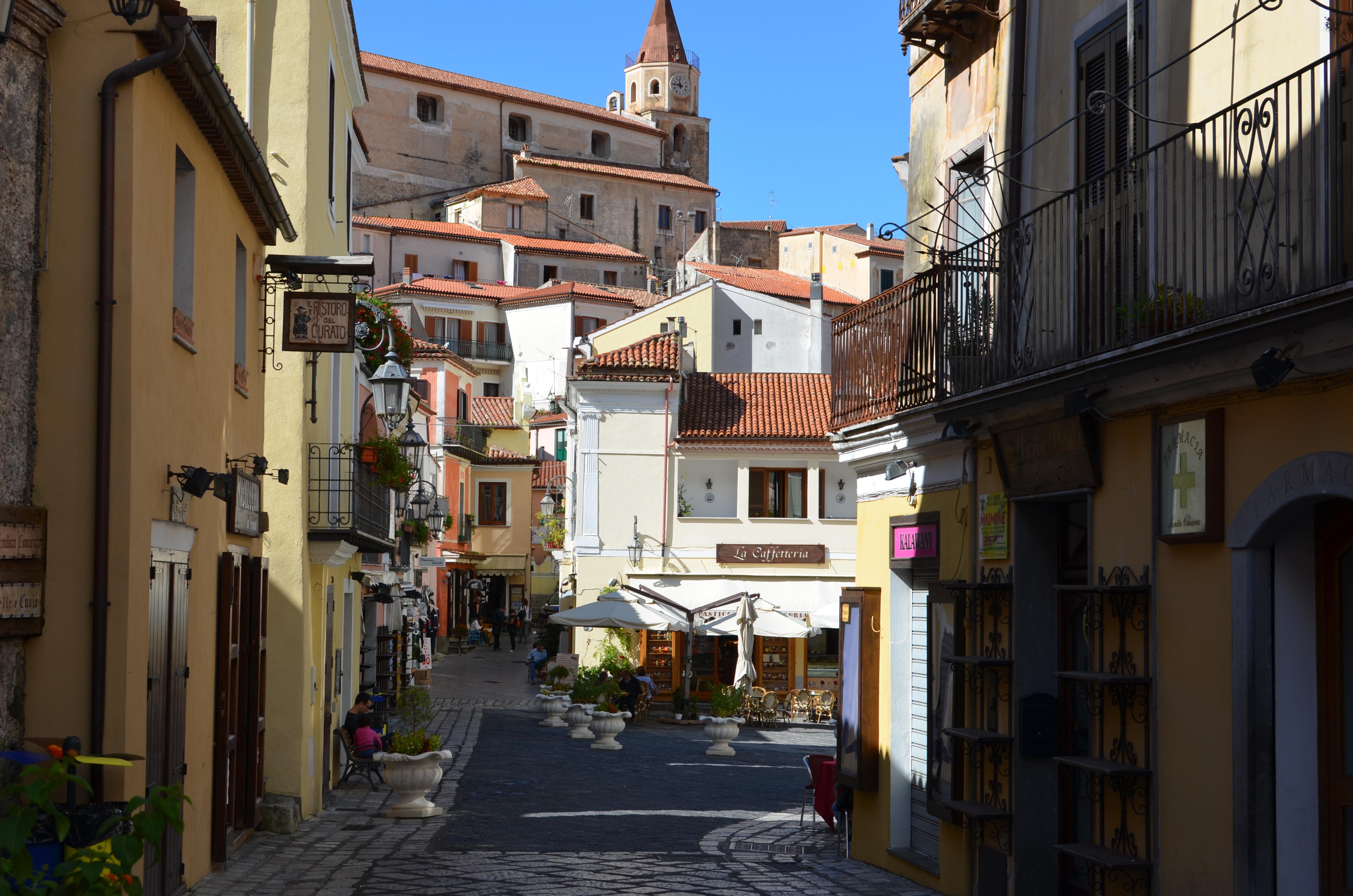 Tra le case del centro storico si distingue la figura della chiesa madre con il suo campanile romanico