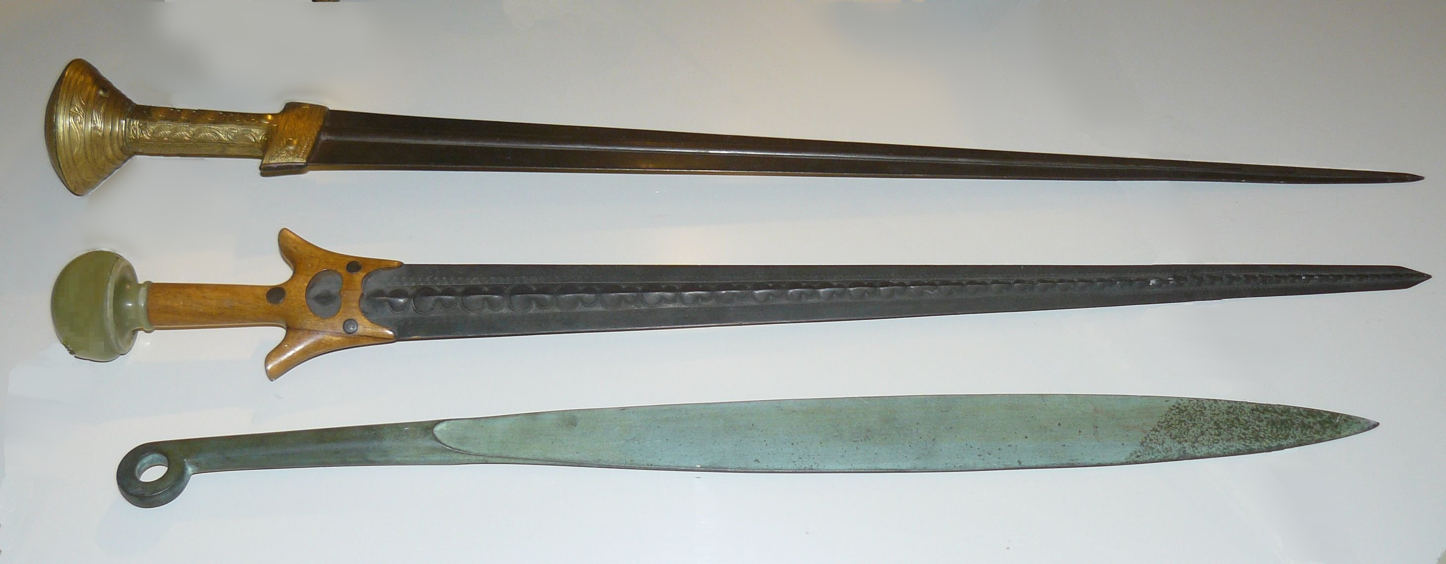 Mycenaean_swords_recostruction.jpg