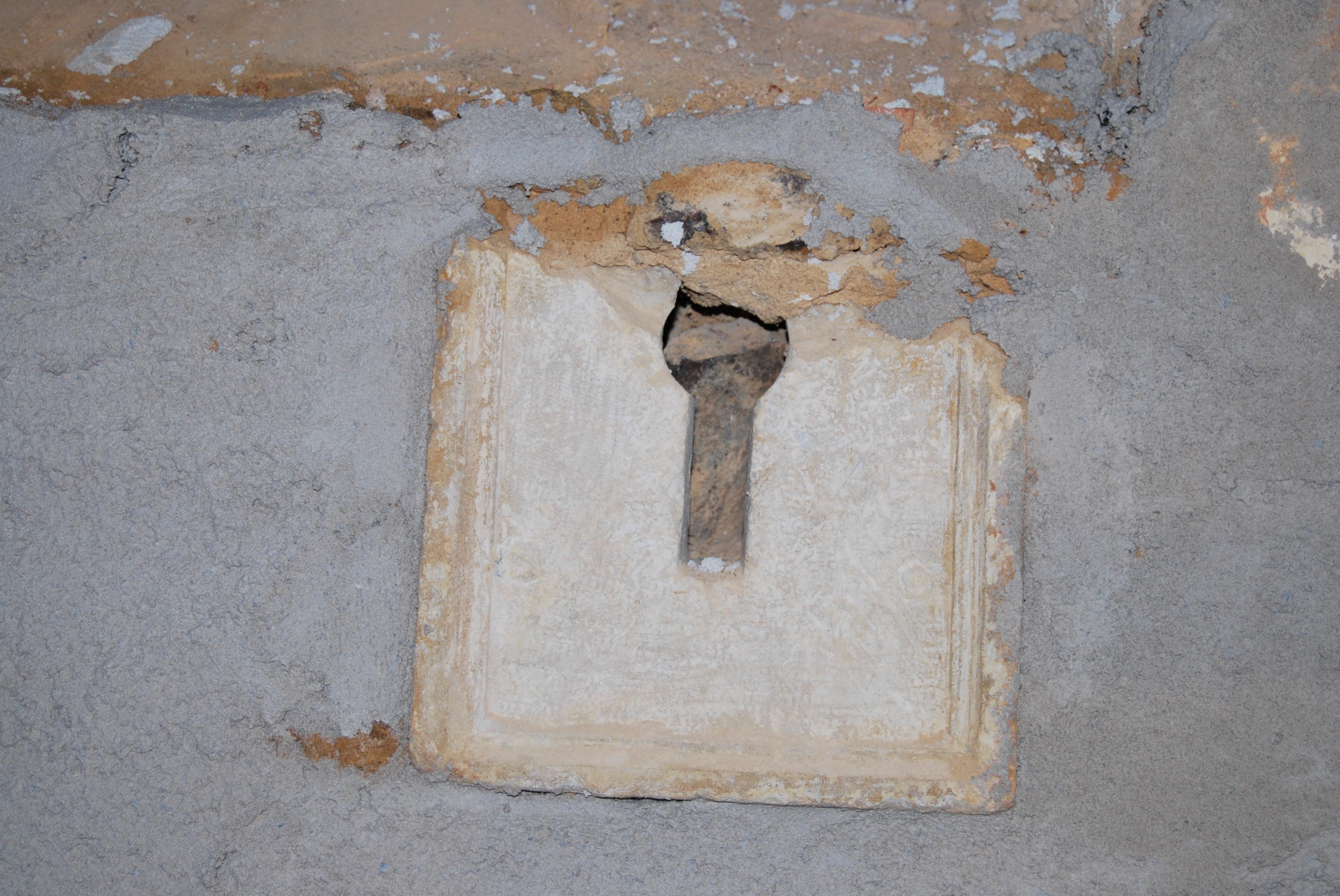 FilePierre énigmatique dans léglise de SaintGeorgesduBoisjpg