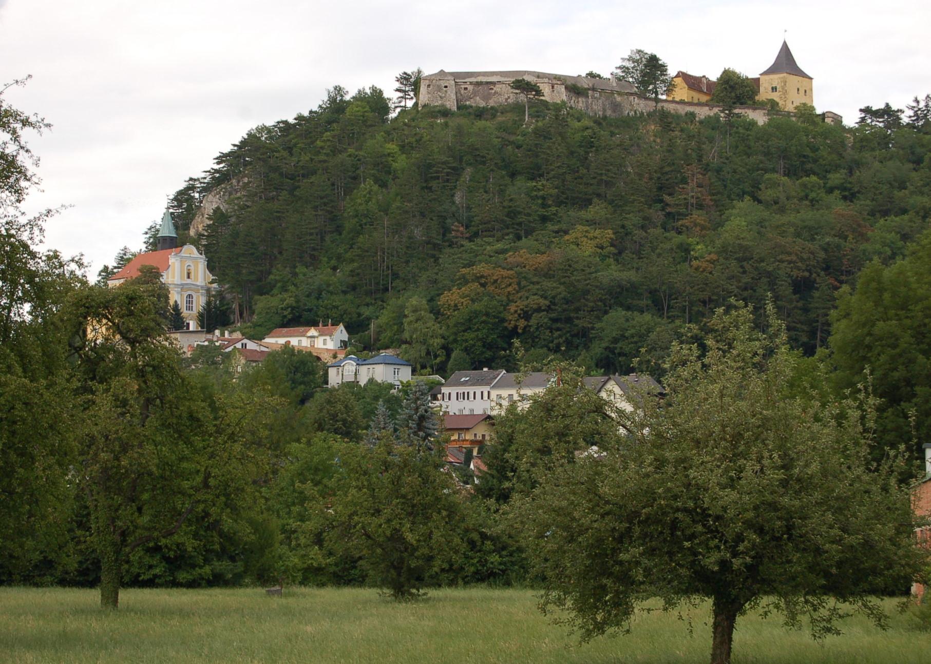 Pitten Burg und Bergkirche.JPG