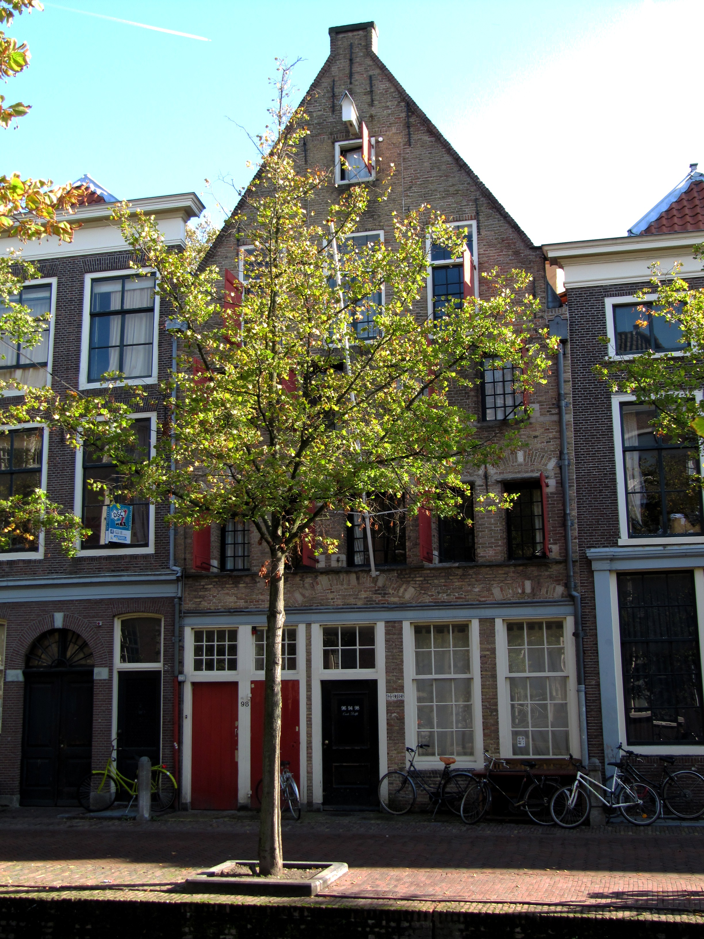 http://upload.wikimedia.org/wikipedia/commons/5/53/RM12086_Delft_-_Oude_Delft_94-96.jpg