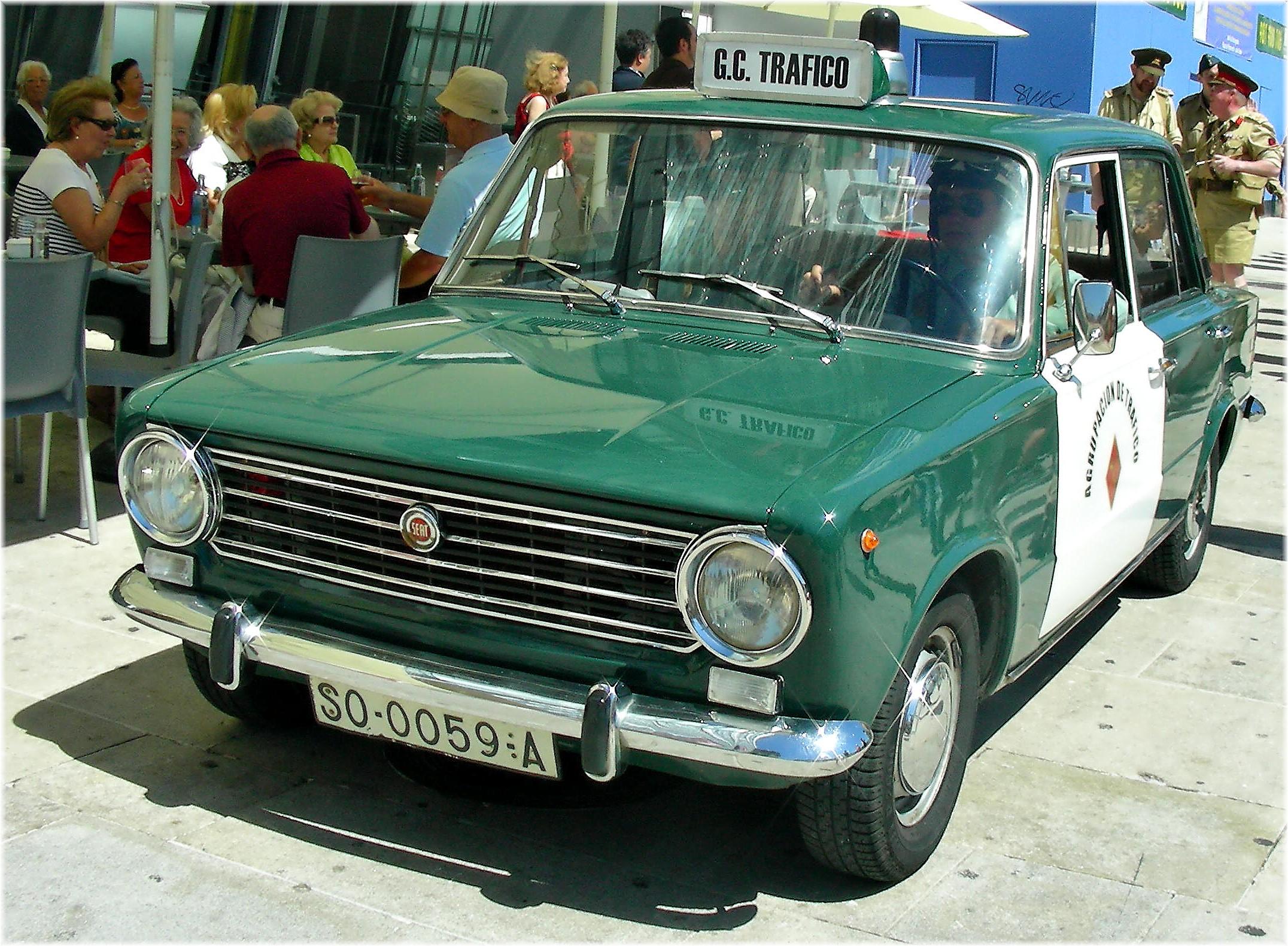 [Présentation] Les jumeaux SEAT_124_police_car