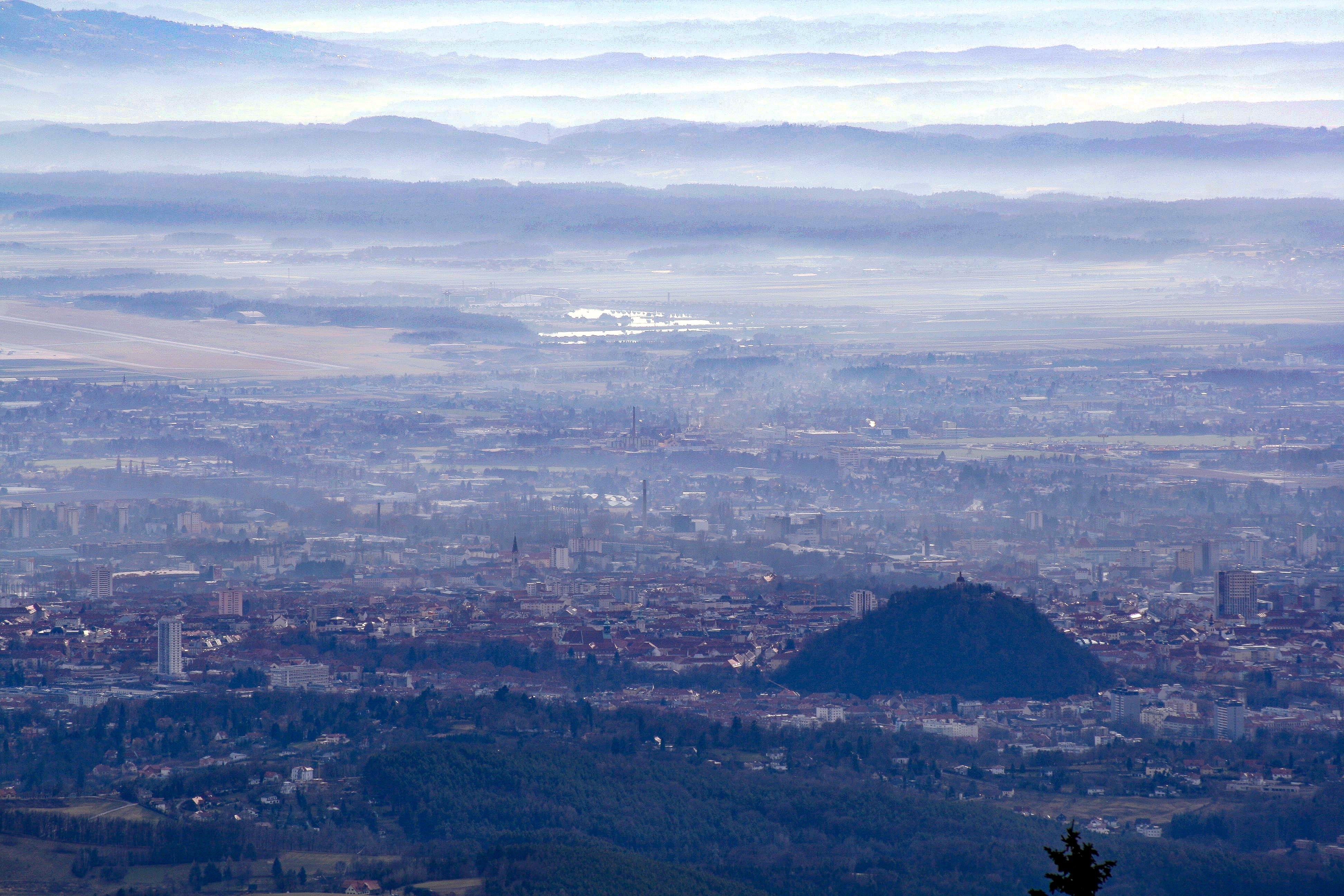 Graz, vom Gipfel des Schöckl aus gesehen, im Jänner 2007. Deutlich zu erkennen ist der Grazer Schloßberg.