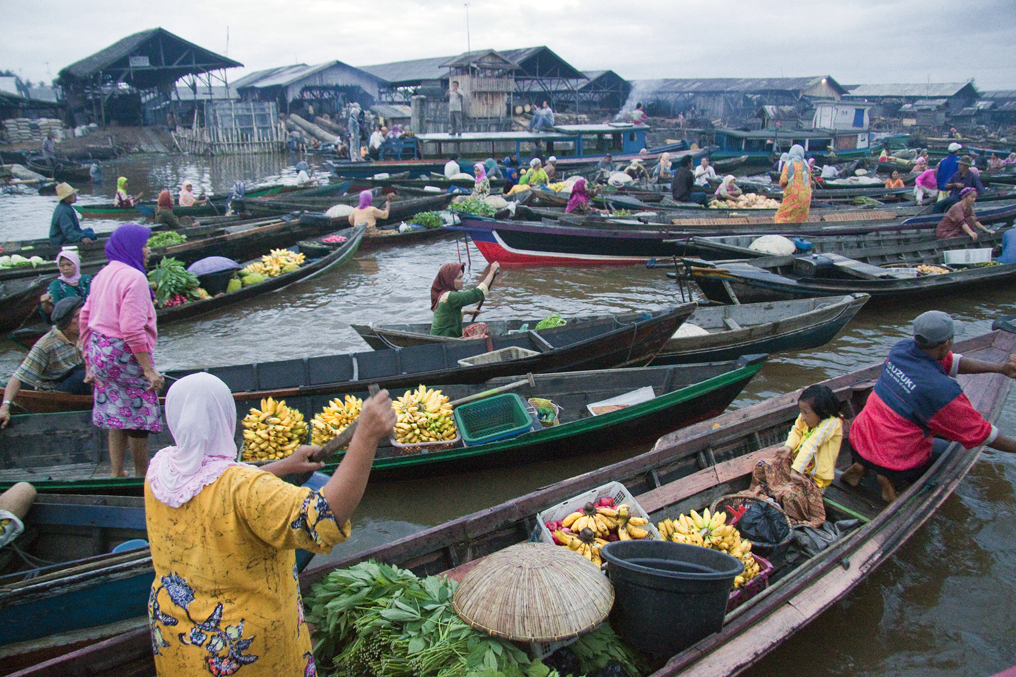 http://upload.wikimedia.org/wikipedia/commons/5/53/Traditional_Floating_Market_Kuin_River.jpg