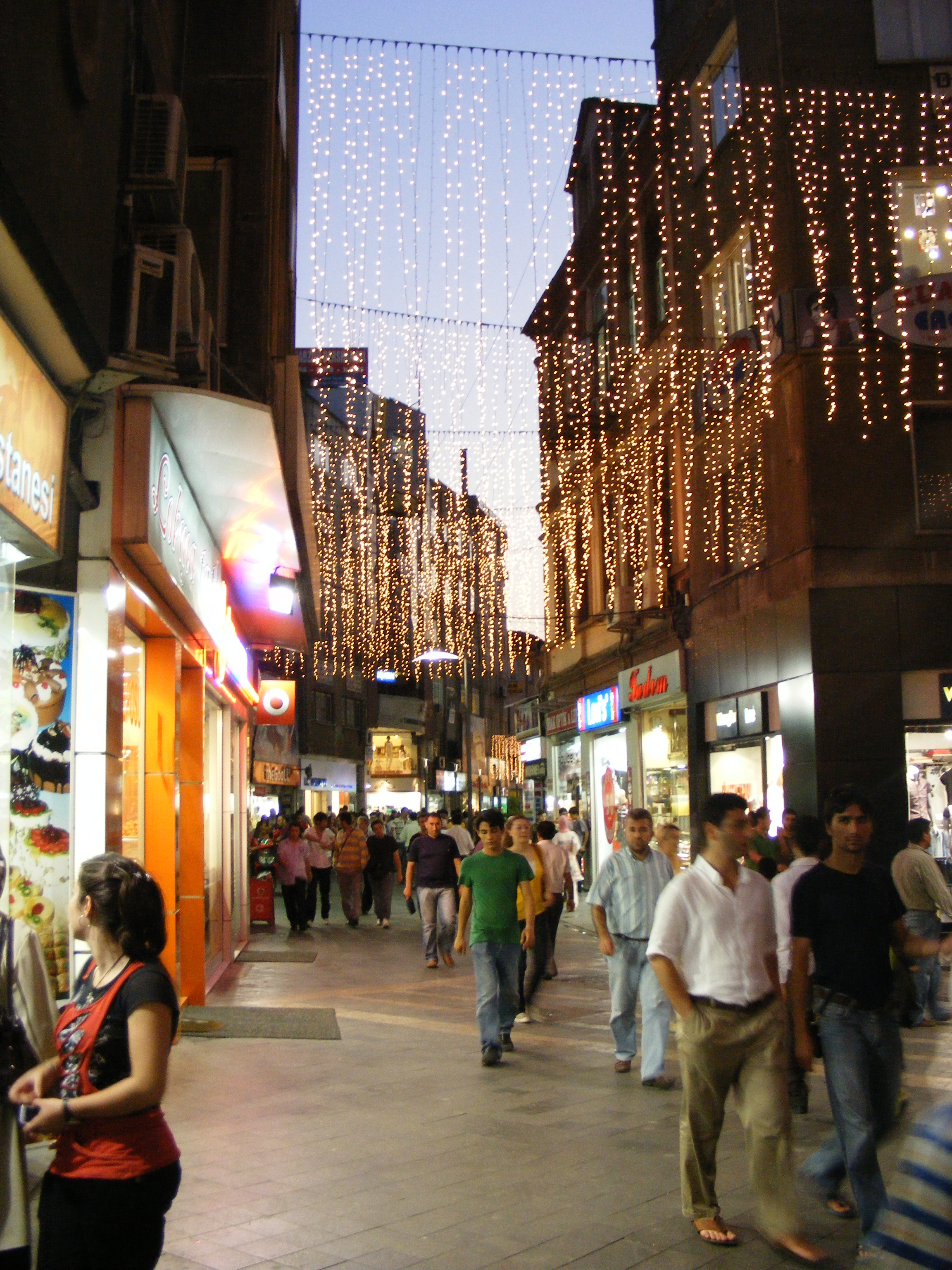 Description uzun sokak at night