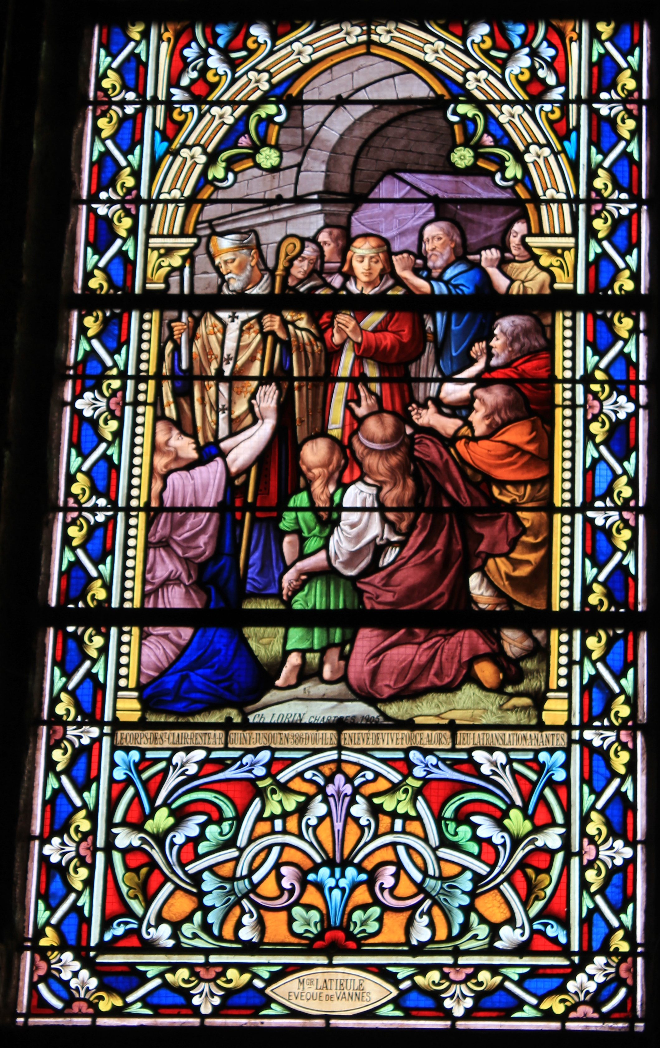 Glassmaleri i kirken Saint-Clair i Réguiny, «Clarus' levninger flyttes med makt til Nantes i 386», signert av Ch. Lorin i 1905, en gave fra biskop Latieul av Vannes