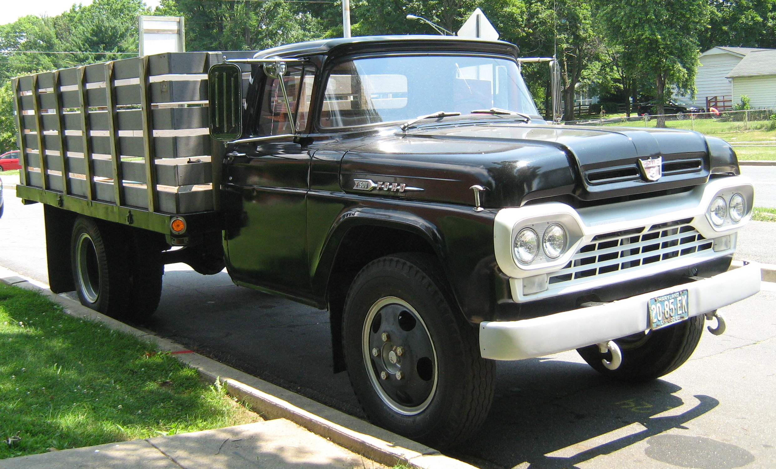 Description 1960 Ford F-500 stake truck black fr.jpg
