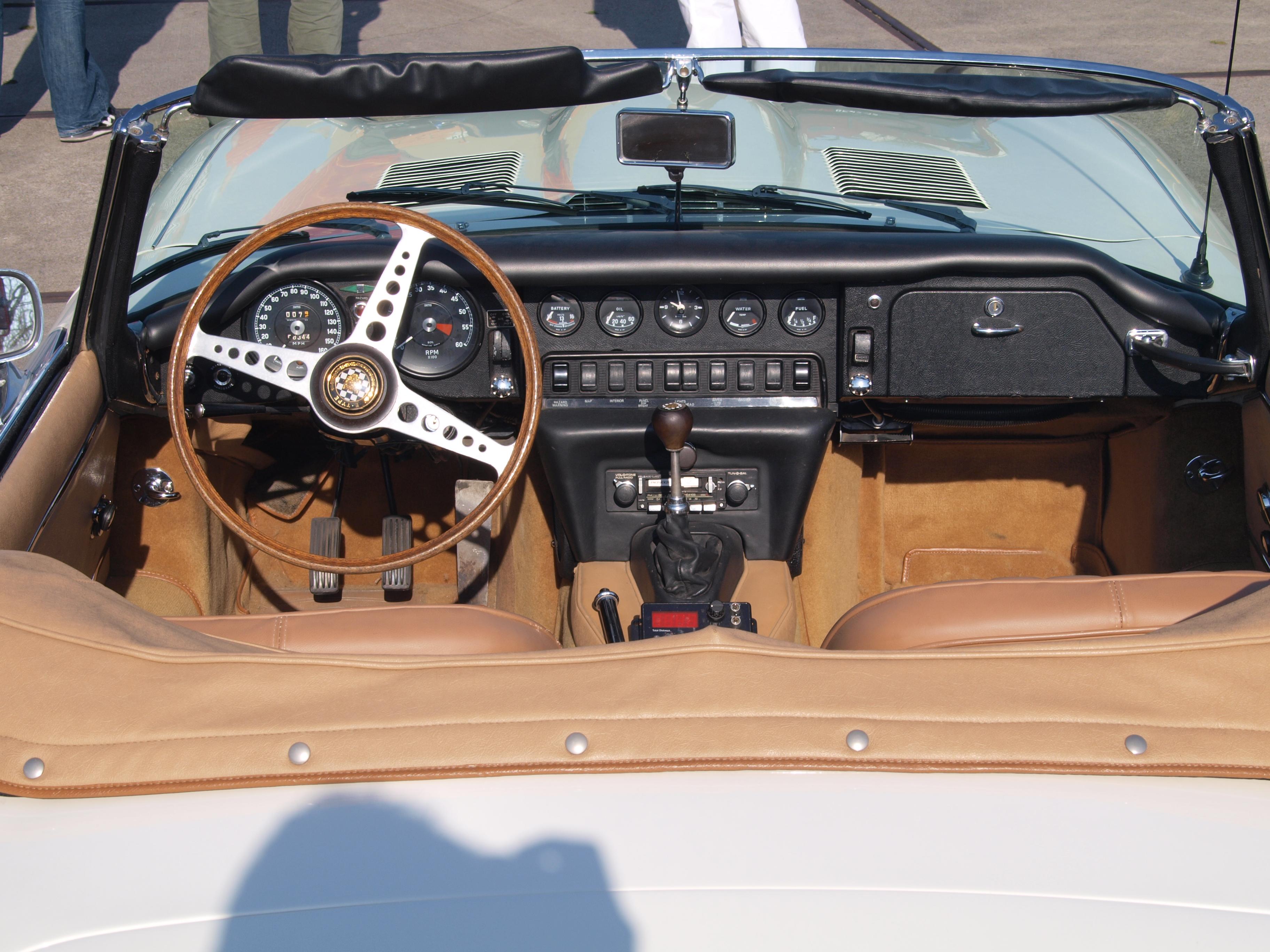 File:1968 Jaguar E-type cockpit, dashboard, Dutch licence