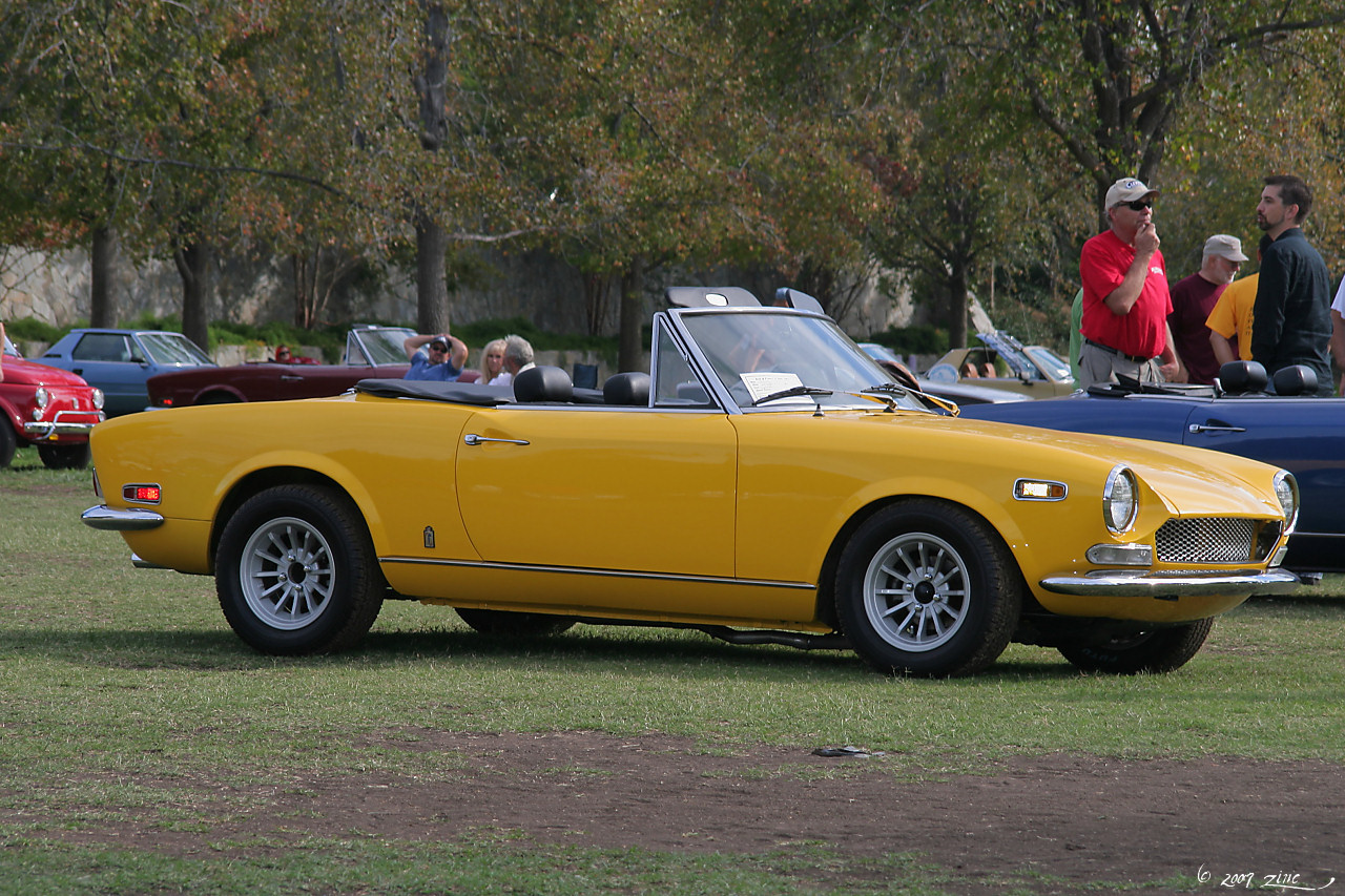 File:1970 Fiat 124 Spider Sport - yellow - fvr2-1 (4637130925)