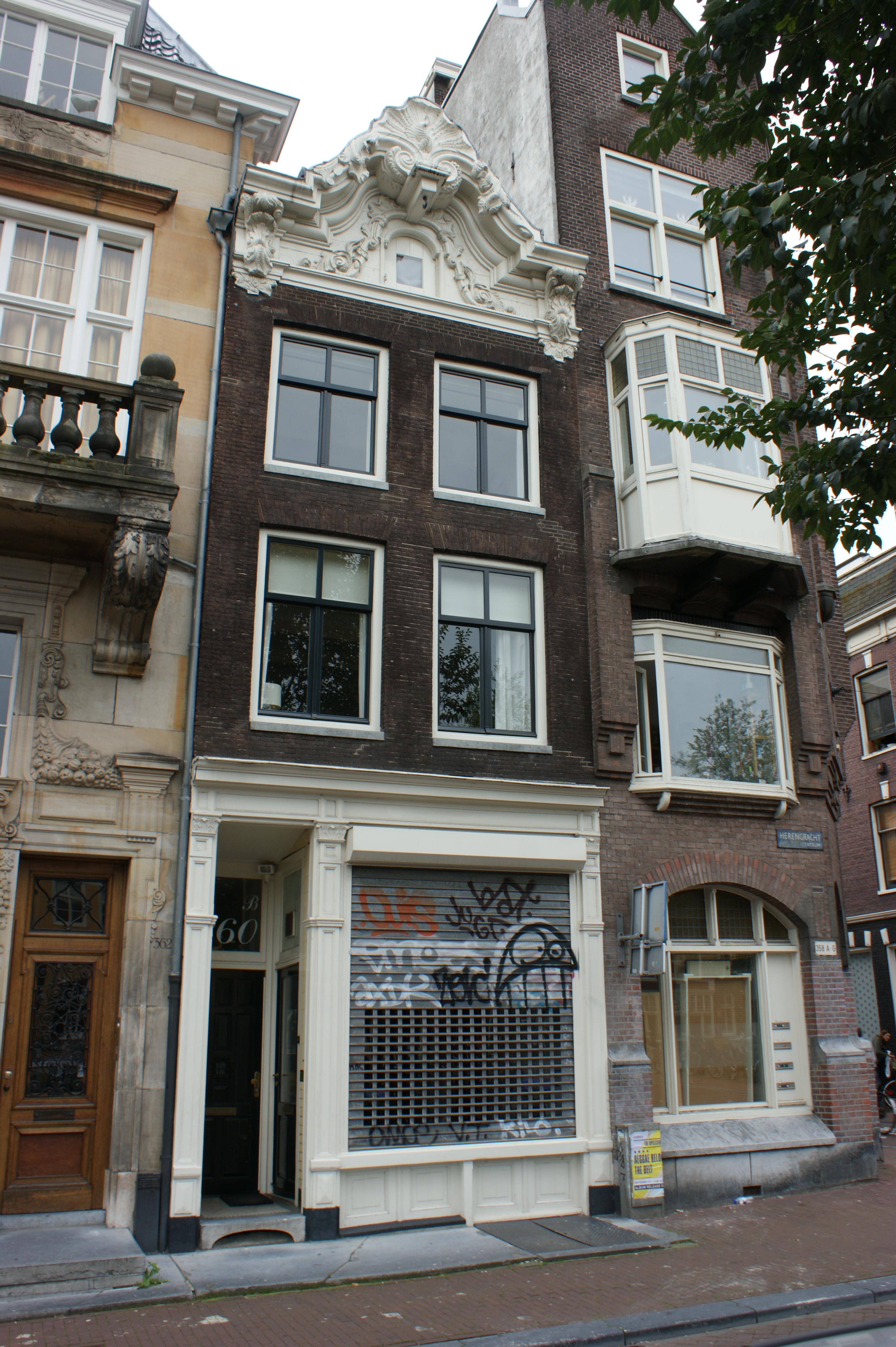 Huis met gevel onder rijk gesneden topvormig verhoogde lijst in amsterdam monument - Huis gevel ...