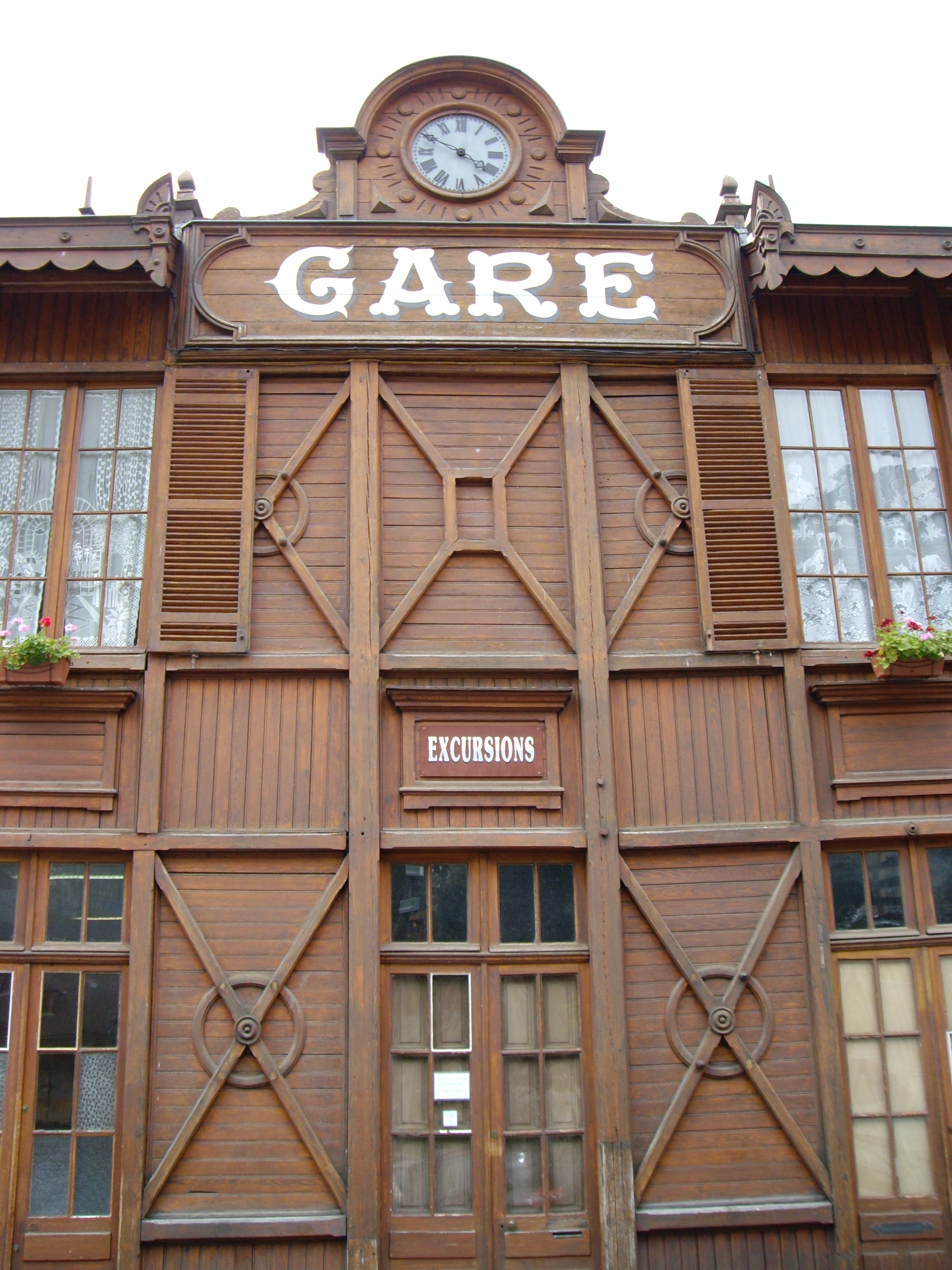 http://upload.wikimedia.org/wikipedia/commons/5/54/Ancienne_gare_ferroviaire_de_Cauterets.JPG