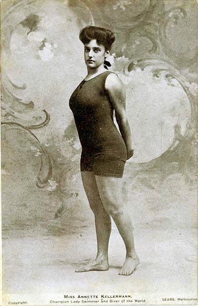La nadadora Annette Kellerman en un diseño propio, ajustado y de una sola pieza, 1910.