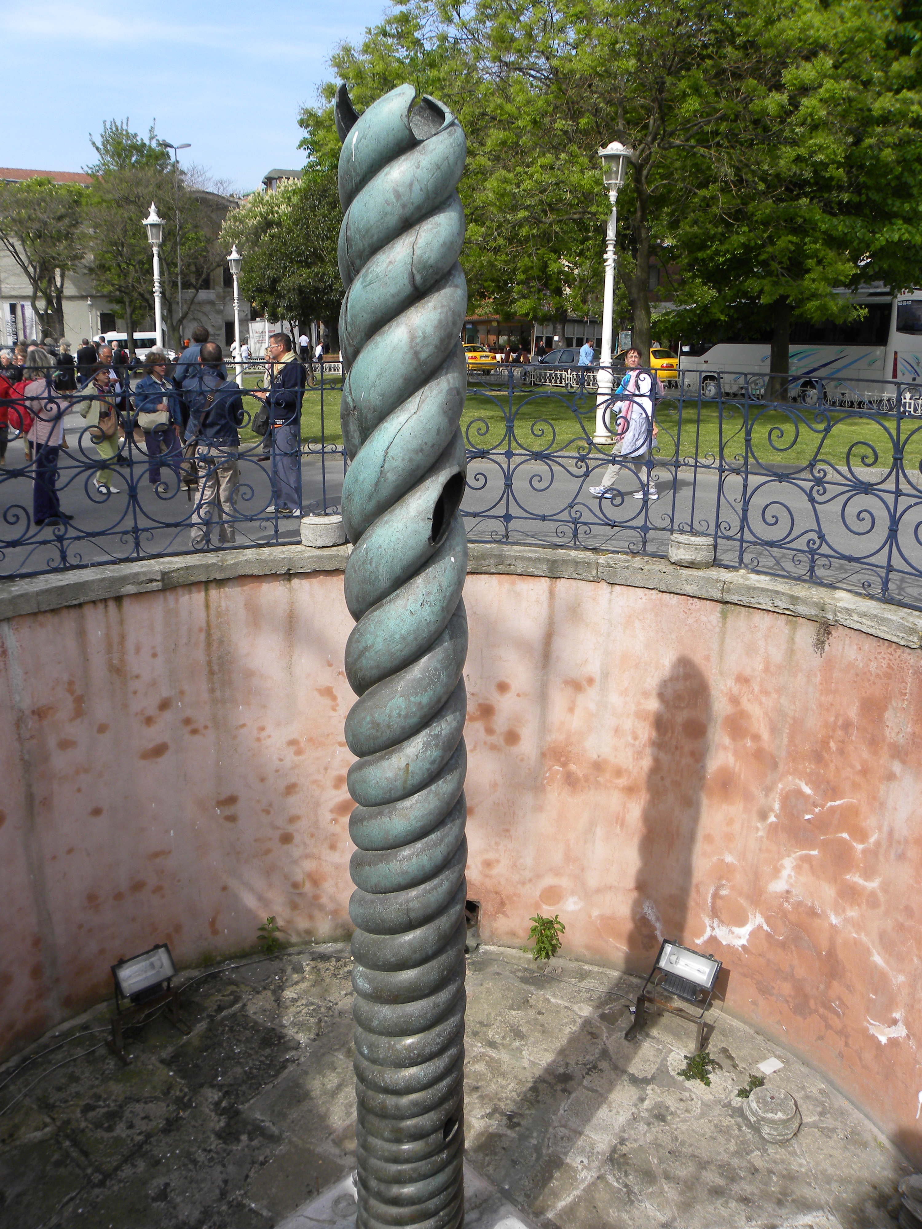 File:Bronze Serpent Column in Istanbul.jpg - Wikimedia Commons