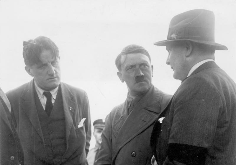 Hitler am 21. Juni 1932 im Gespräch mit Hermann Göring (rechts) und Ernst Hanfstaengl (links)