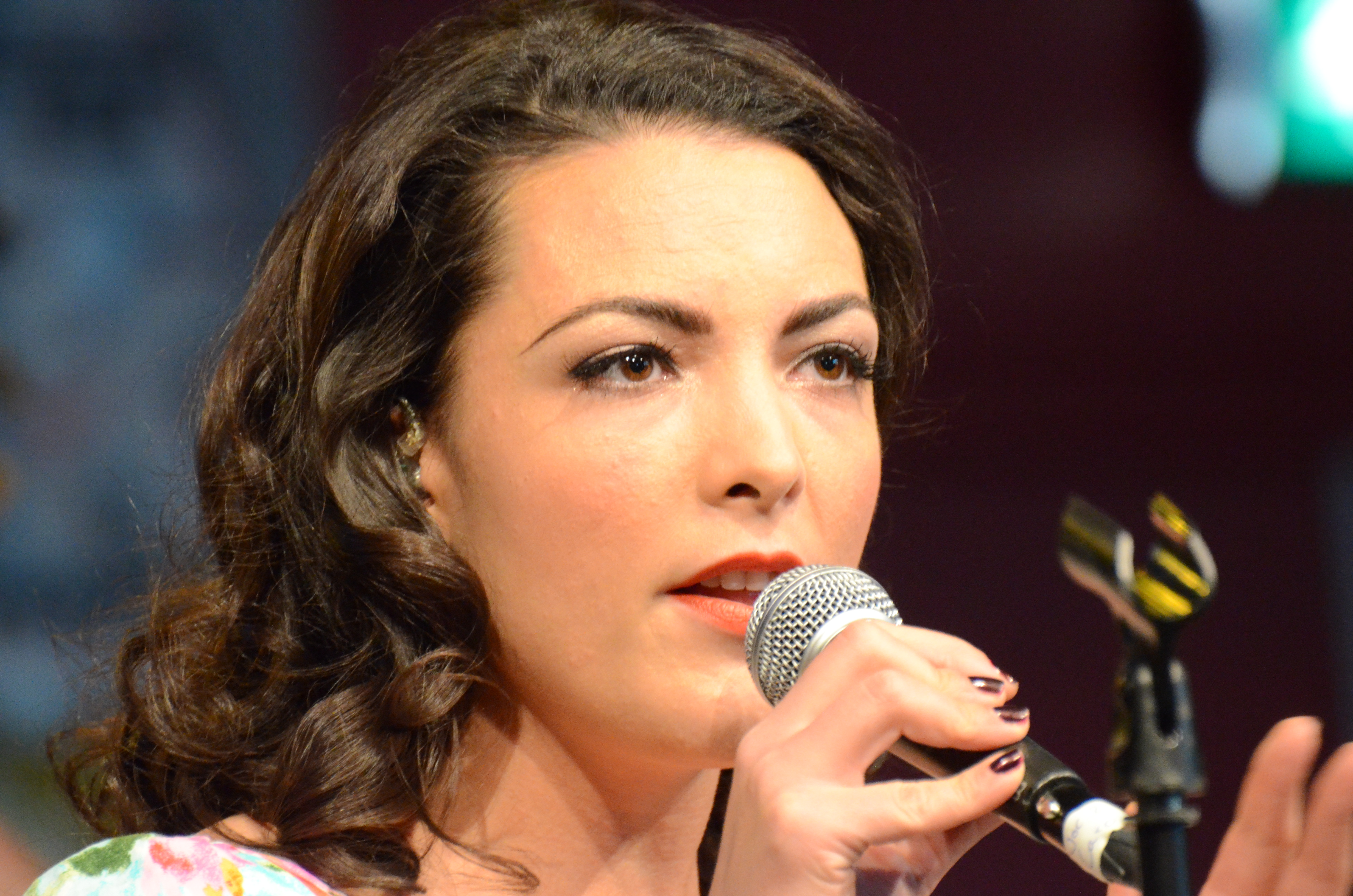 The 37-year old daughter of father (?) and mother(?) Caro Emerald in 2018 photo. Caro Emerald earned a  million dollar salary - leaving the net worth at 2.3 million in 2018