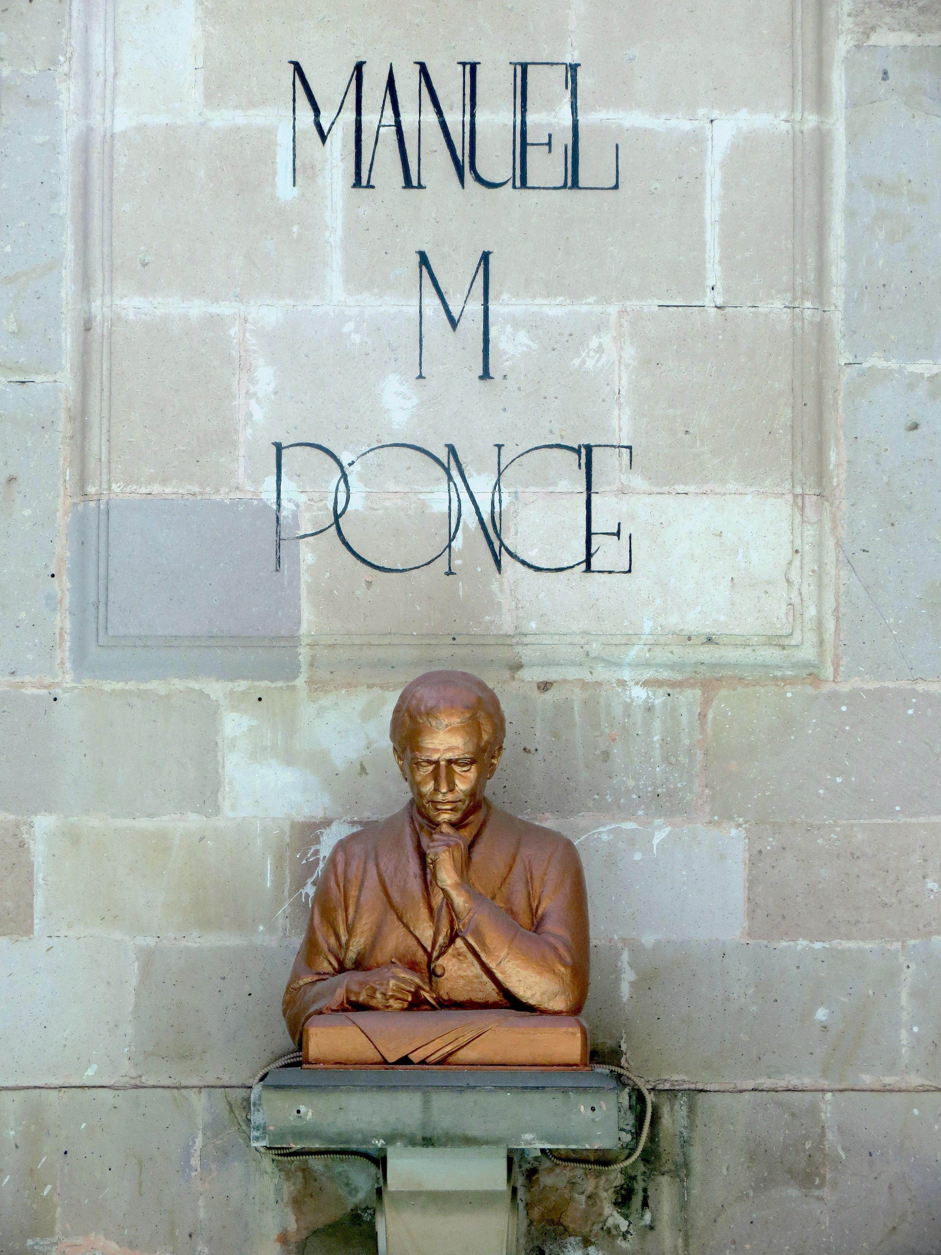 Escultura homenaje a Manuel M. Ponce en la Plaza de la Patria, Aguascalientes.