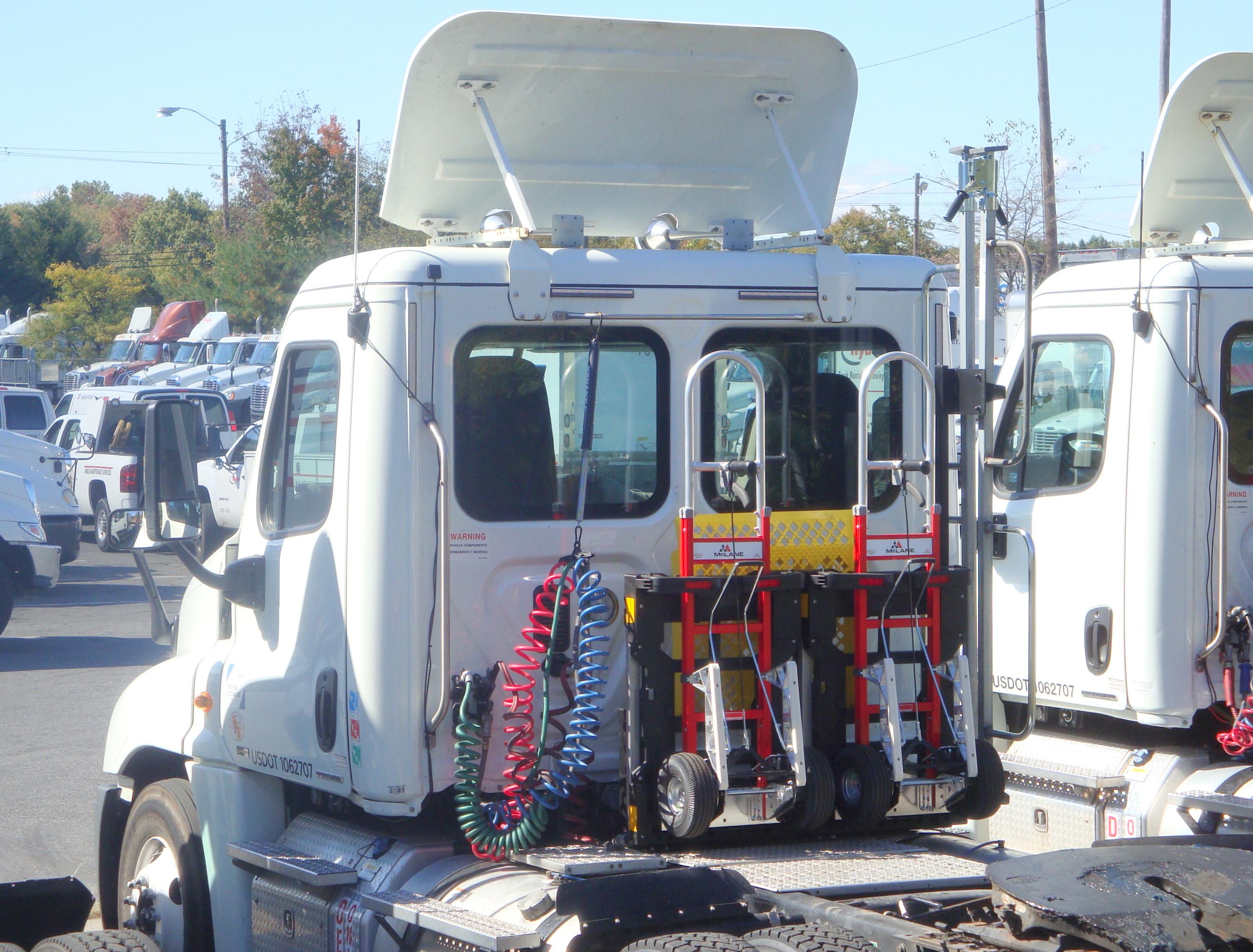 File:HTS Ultra-Rack McLane Northeast Ryder Freightliner