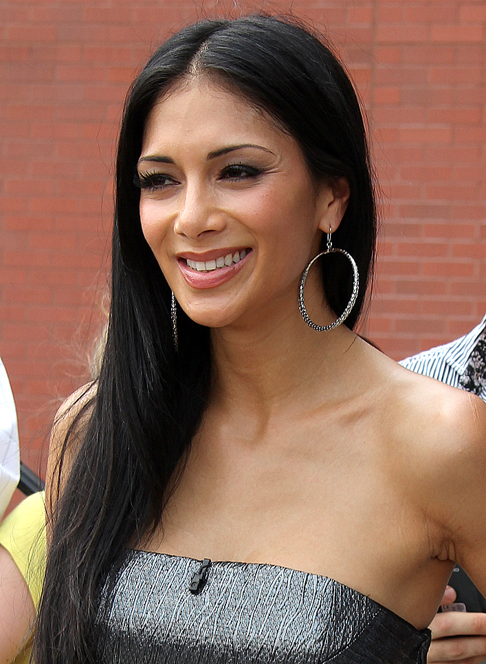 The 39-year old daughter of father Gary Scherzinger and mother Rosemary Elikolani Scherzinger, 165 cm tall Nicole Scherzinger in 2017 photo