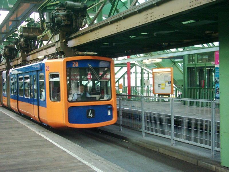 Schwebebahn des Typs WSW GTW 72 in der Station