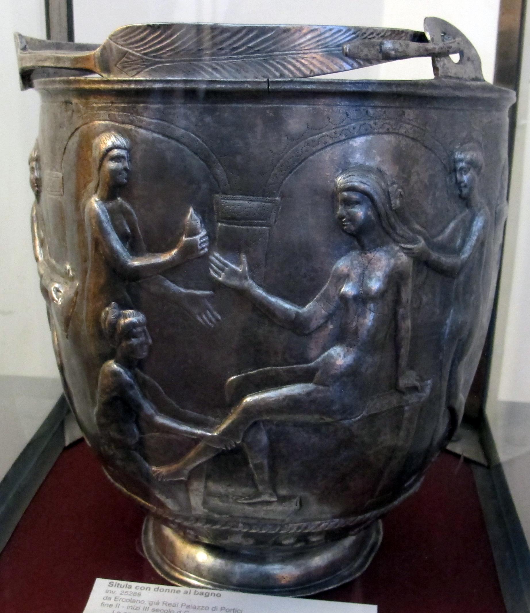 File situla in argento con donne al bagno da ercolano - Ragazze spiate in bagno ...