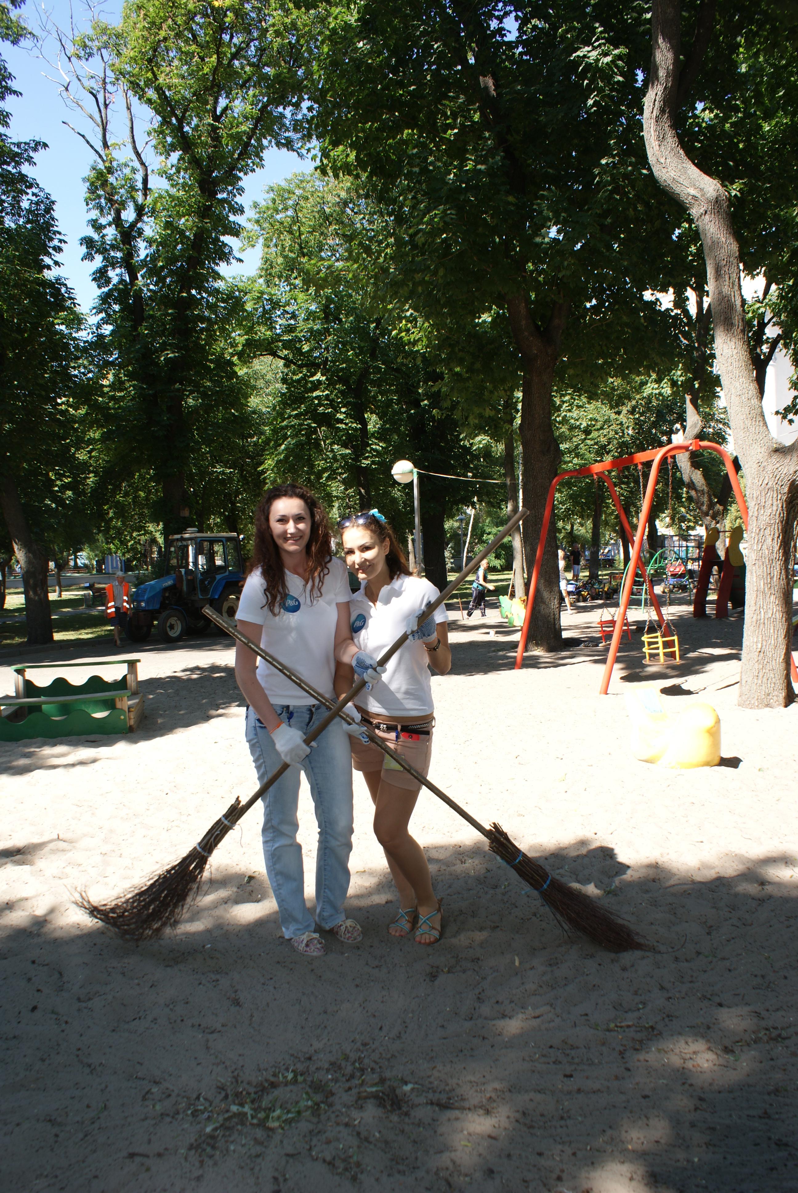 and P&G team renovating playground (18633563930).jpg SONY DSC Date 13 June 2015, 09:30 Source UNICEF Ukraine and P&G team renovating playground Author
