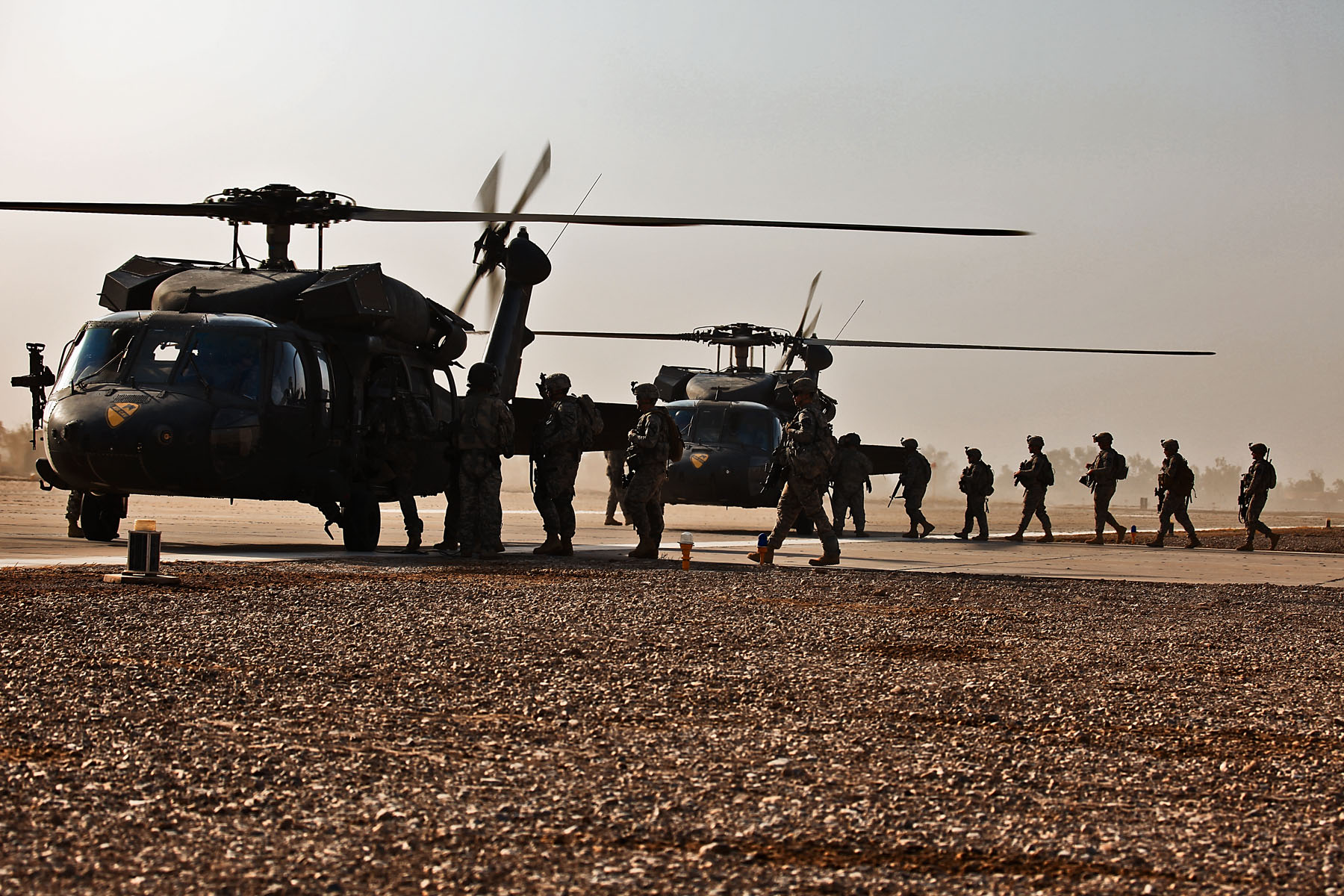 armée americaine - Page 2 US_Army_51223_TAJI,_Iraq-Loading_on_Black_Hawk_helicopters,_Soldiers_of_Company_F,_3rd_Battalion,_227th_Aviation_Regiment,_1st_Cavalry_Brigade,_1st_Cavalry_Division,_Multi-National_Division_-_Baghdad,_prepare_to_fl