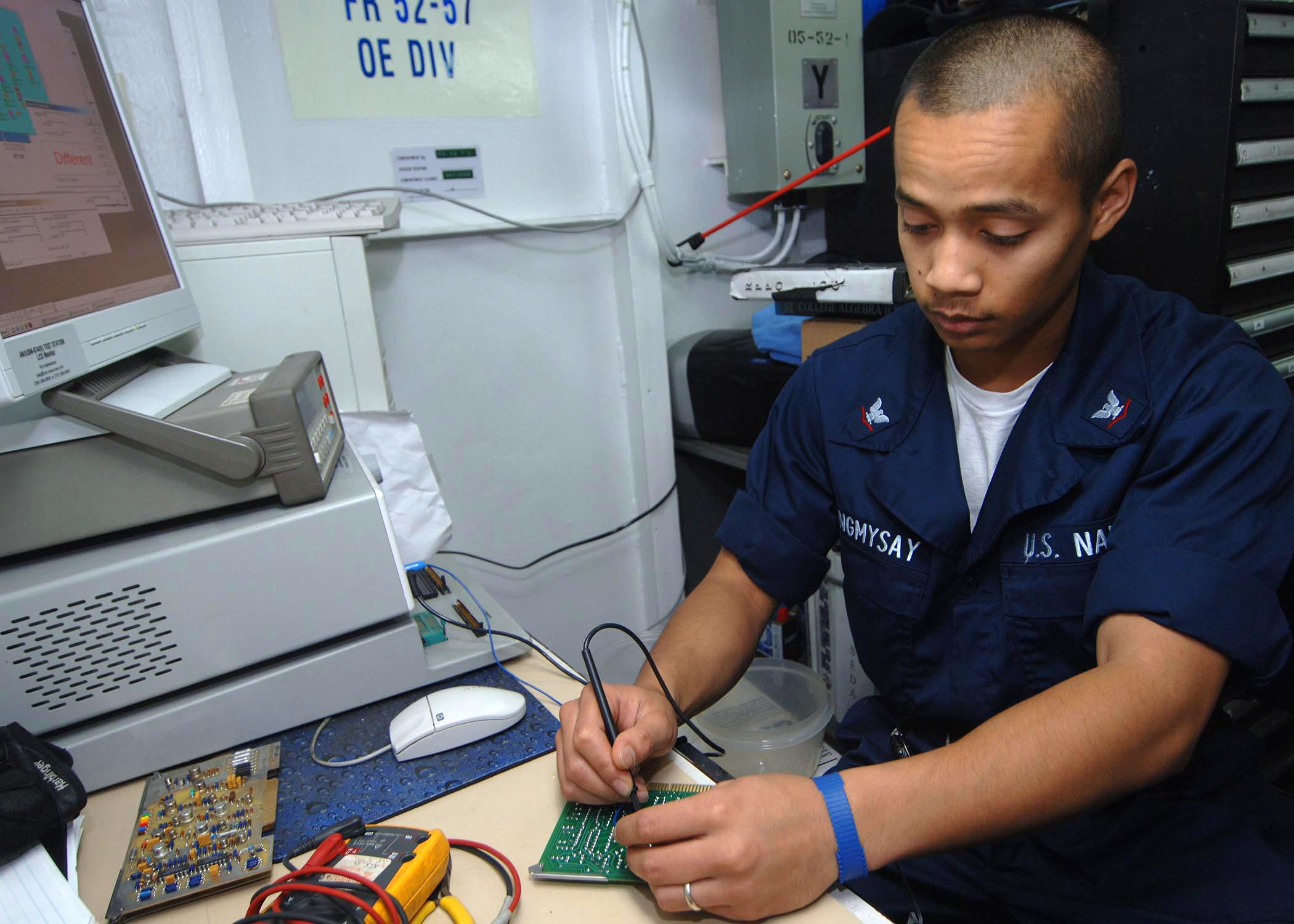 how to become an electronics technician