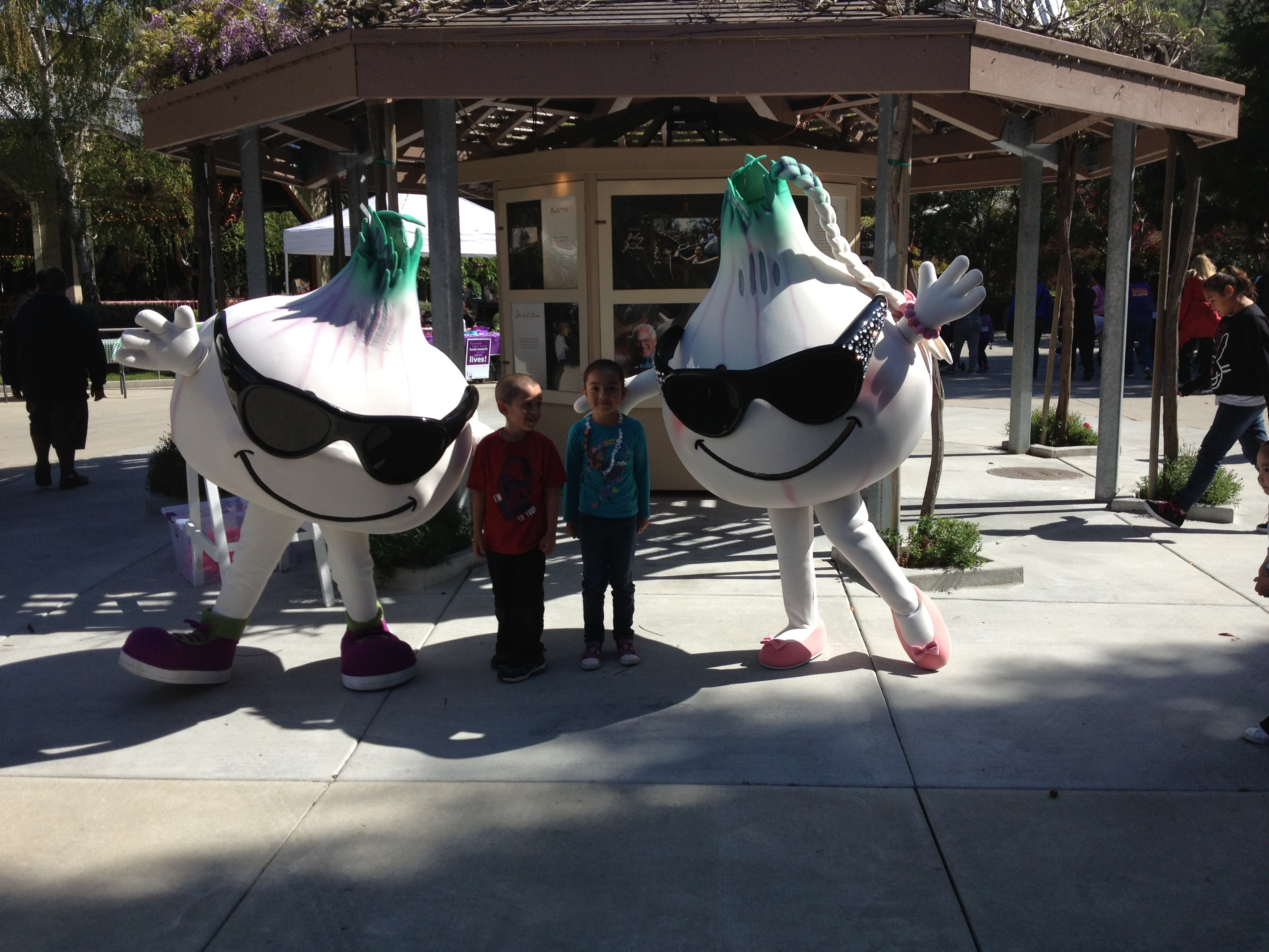 FileWith Gillie the garlic and his sister at Gilroy Gardens 2013