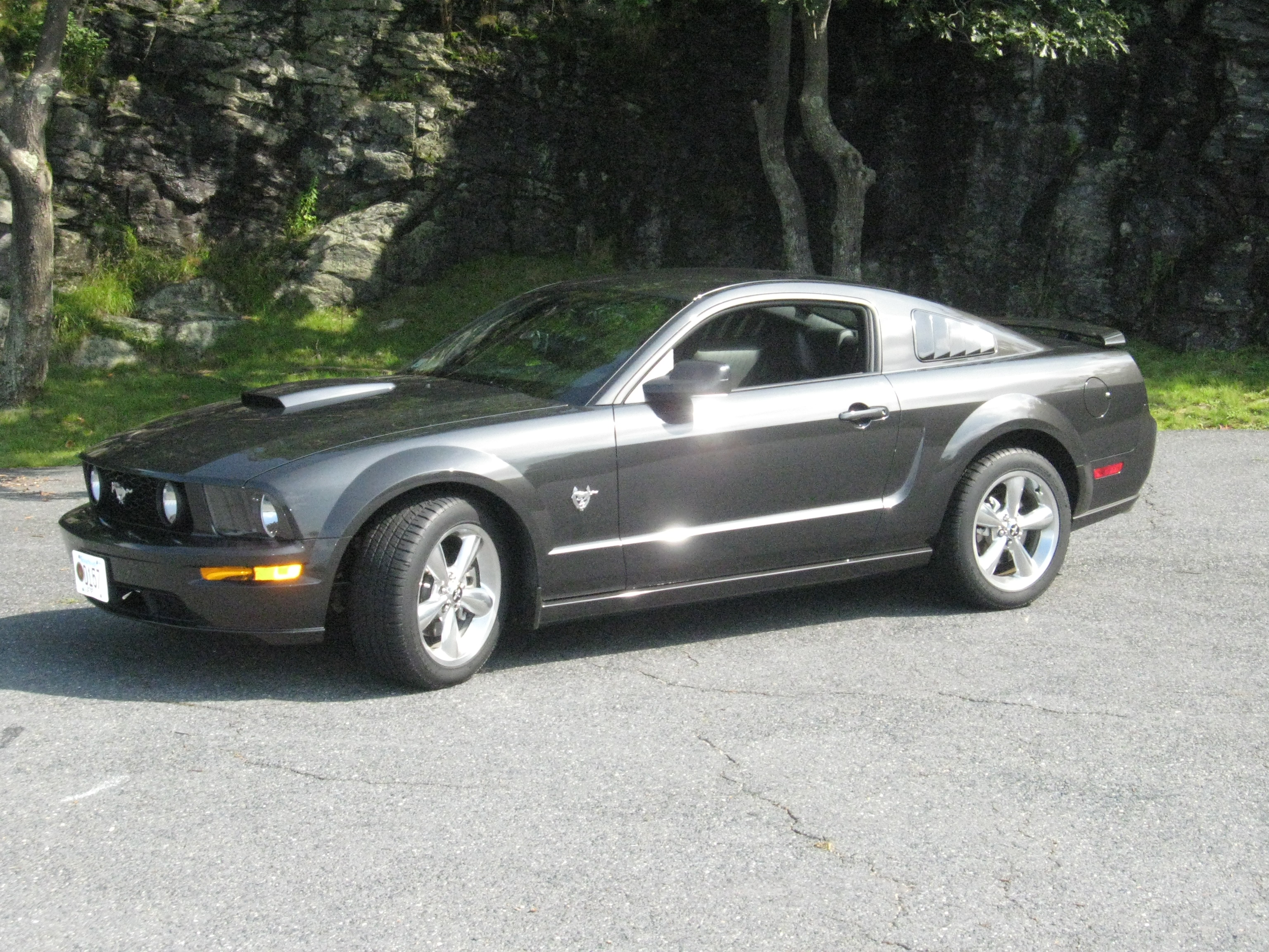 file 2009 ford mustang gt jpg wikipedia. Black Bedroom Furniture Sets. Home Design Ideas