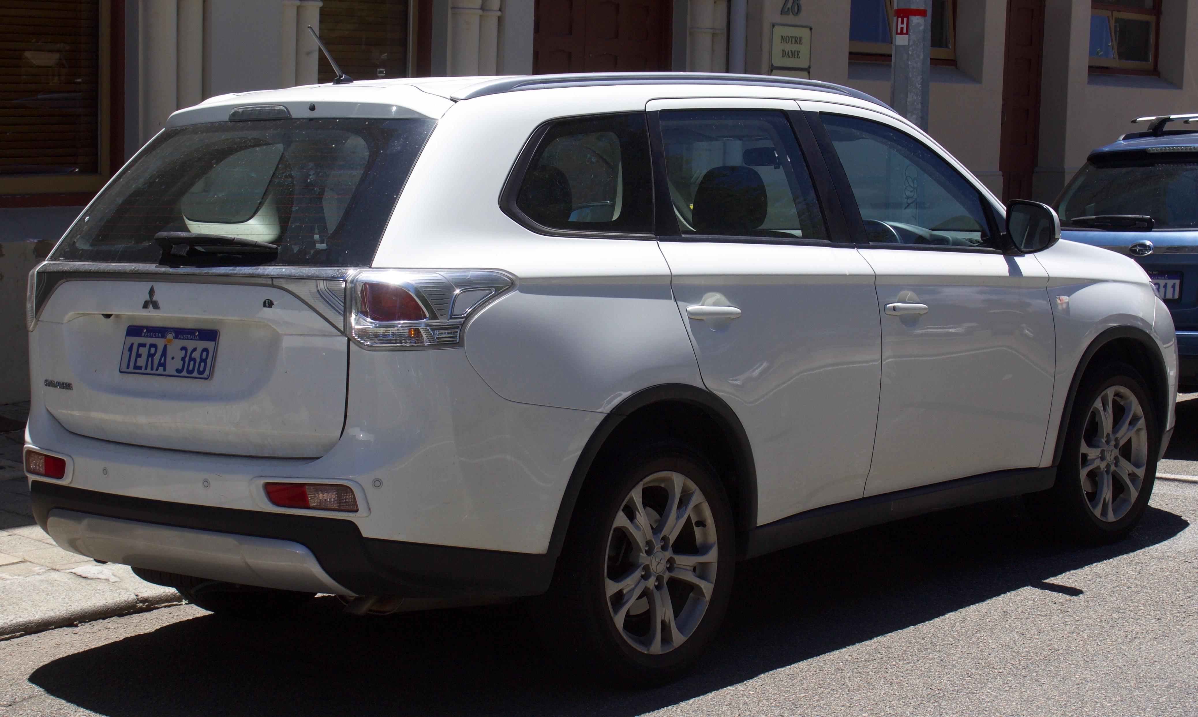 File:2014 Mitsubishi Outlander (ZJ MY14 5) ES 2WD wagon