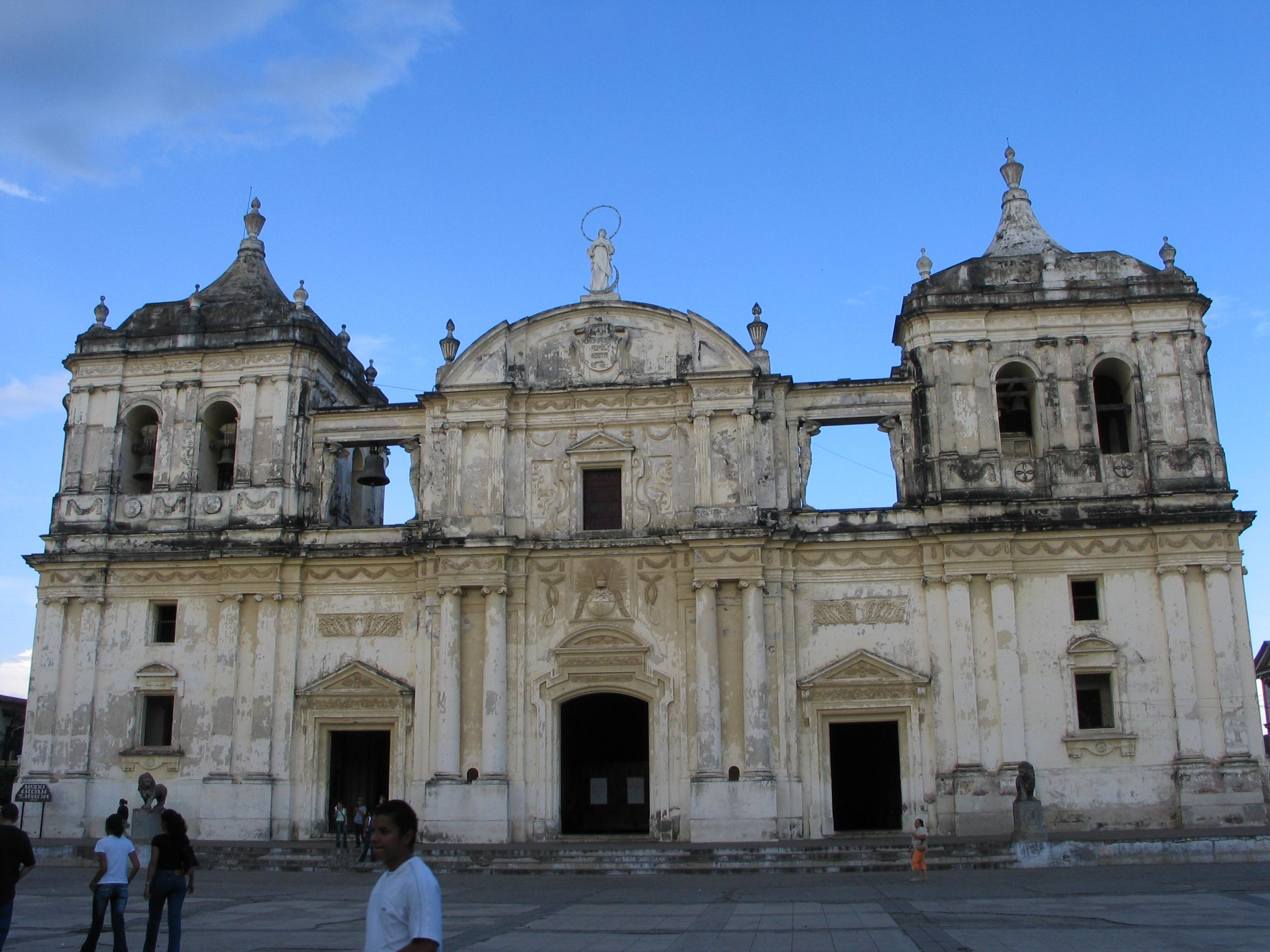 La Catedral de León (Nicaragua)catedral-basílica de la Asunción, en la ciudad de León, en la que transcurrió la infancia del poeta. Sus restos se encuentran sepultados en esta iglesia.