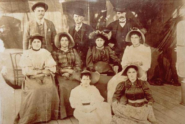 Ulteriori dettagli La famiglia di Carlo I Bertoleoni in una fotografia della fine dell'Ottocento (Wikicommons)