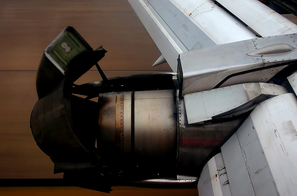 http://upload.wikimedia.org/wikipedia/commons/5/55/Boeing_737-200_thrust_reverser.jpg