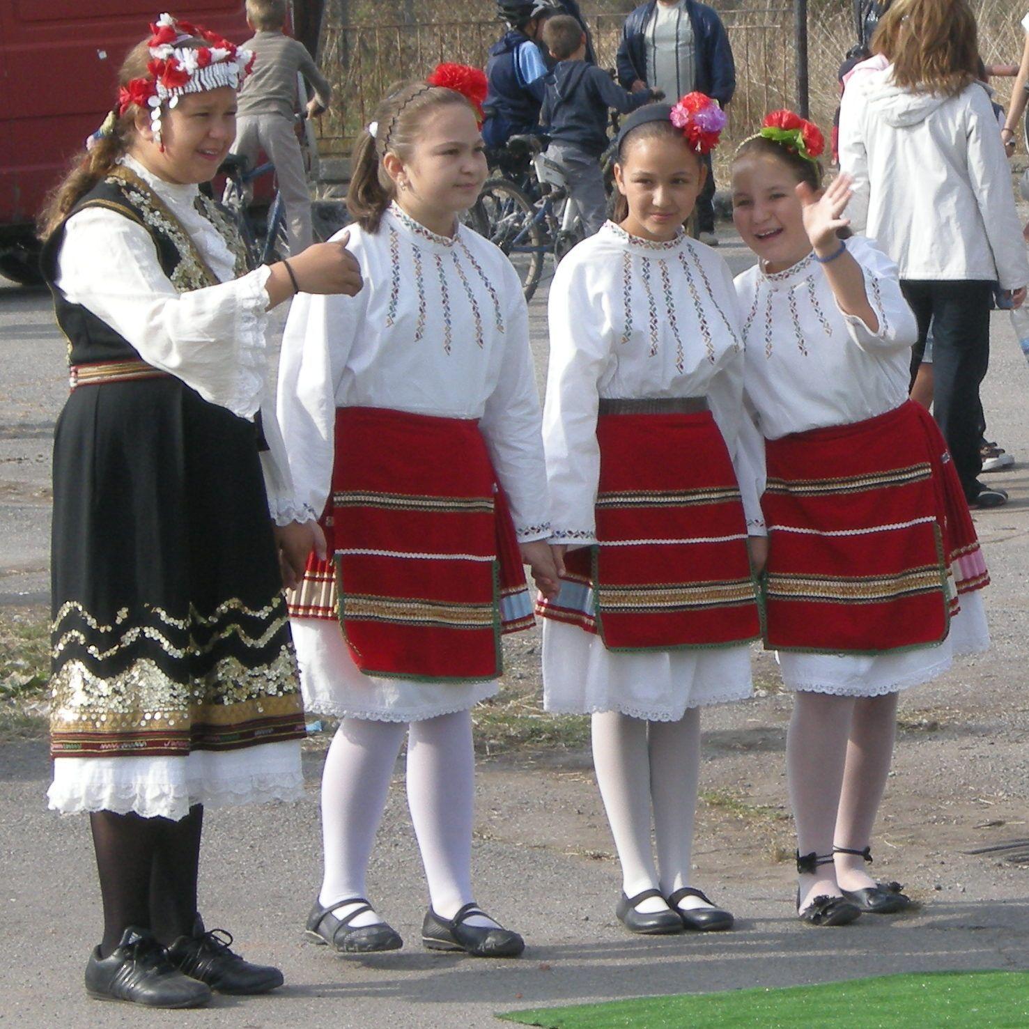 File:Bulgarian Girls 0...