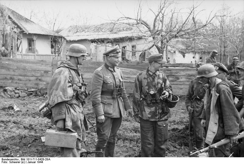 Karl Lorenz (second from left) wearing an officer cap and an [[Oberst]]'s uniform ([[Panzer-Grenadier-Division Großdeutschland|Panzergrenadier-Division Grossdeutschland]], South of Ukraine, January 1944).