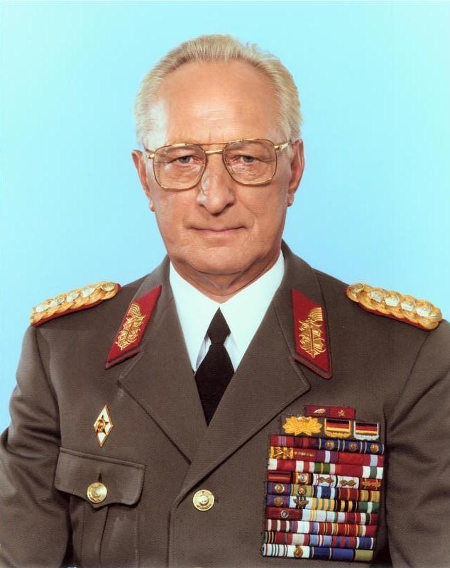 Heroes del Socialismo. Bundesarchiv_Bild_183-1988-0704-410%2C_Heinz_Ke%C3%9Fler
