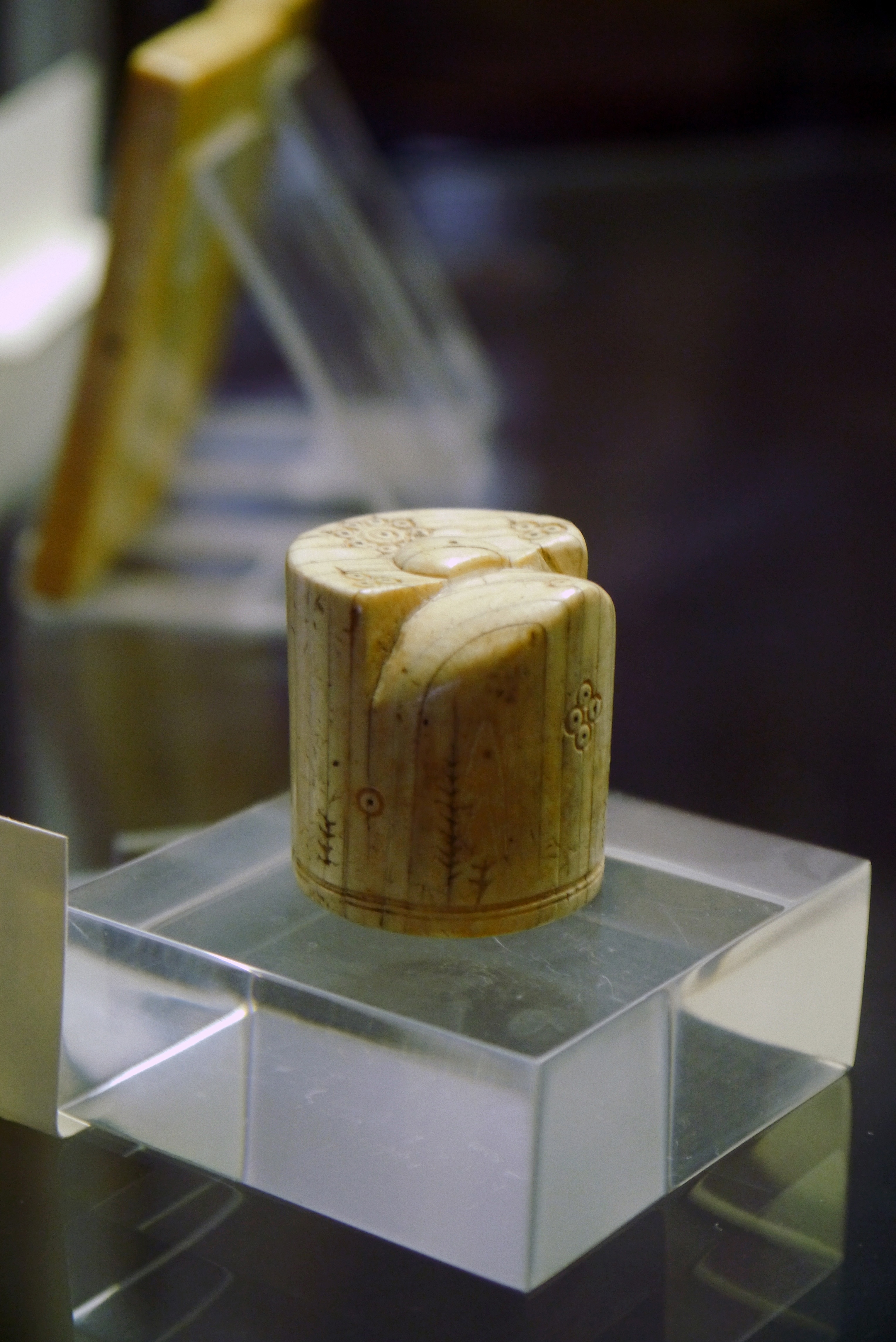 cabinet des médailles, paris - ivory chess king or vizier, 9th century.jpg