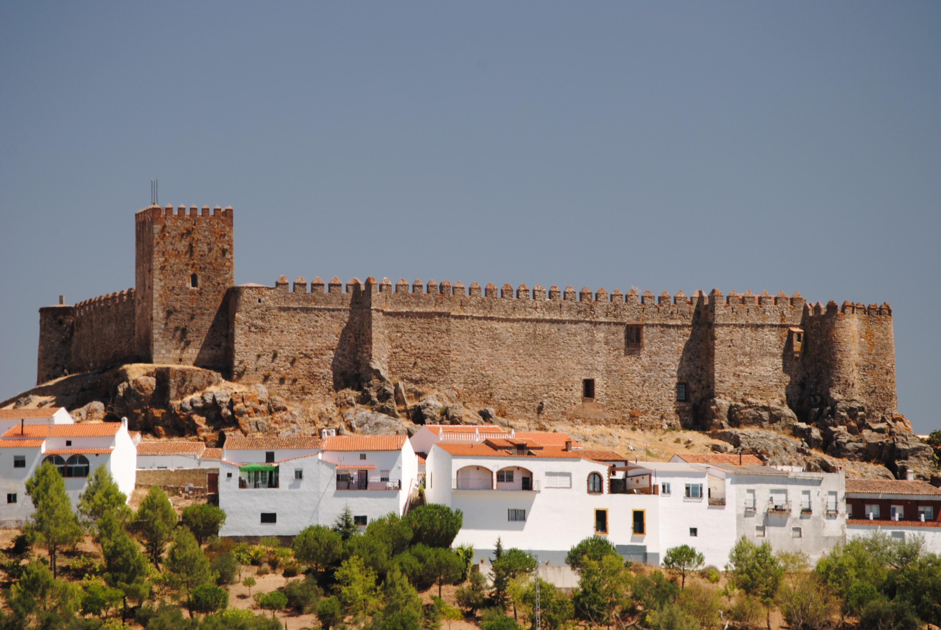File:Castillo de Segura de León (15006188472).jpg - Wikimedia Commons