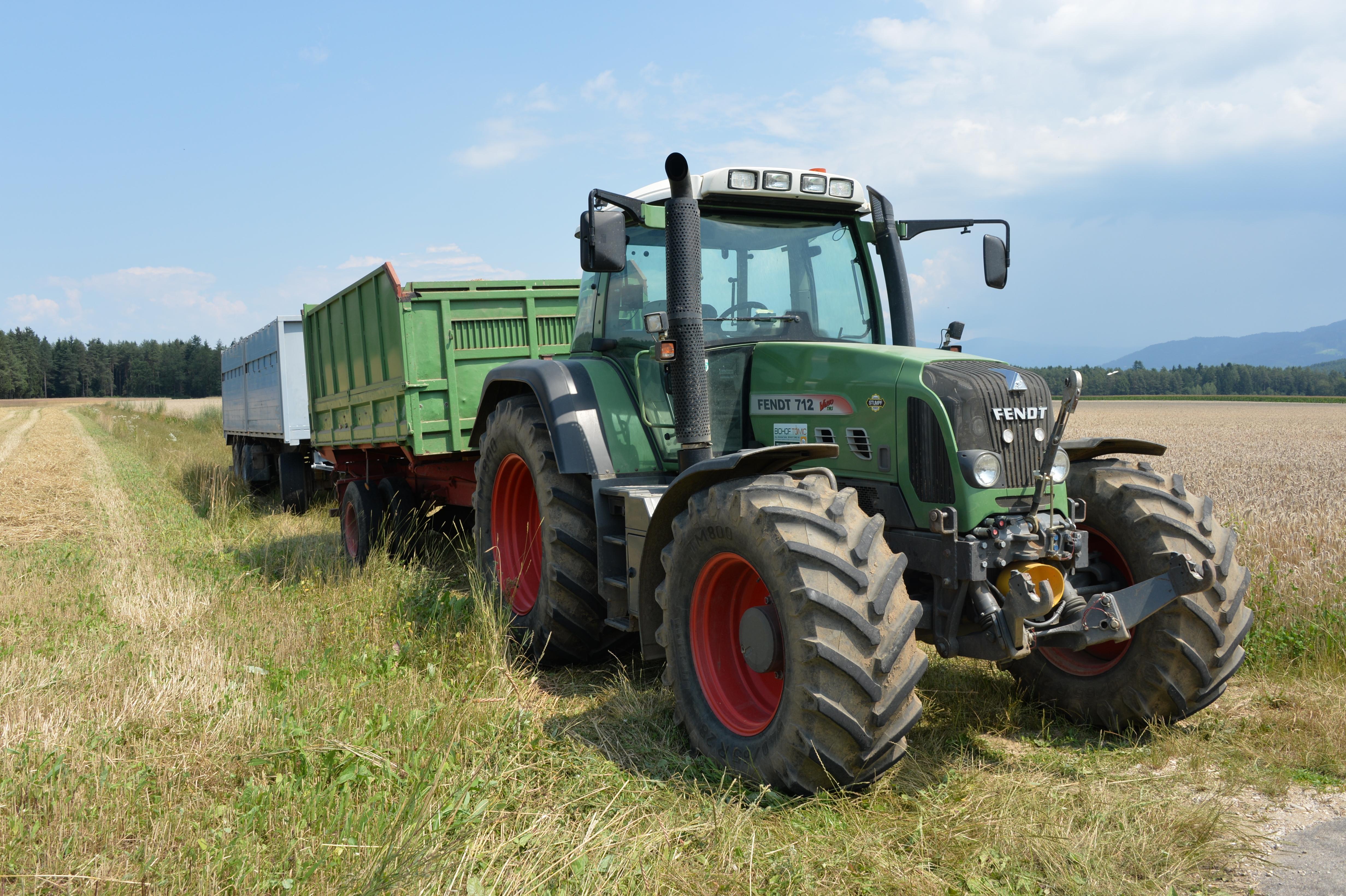 File:Dinkel-Ernte Ing Johannes Tomic Fendt 712 Vario-Traktor ...
