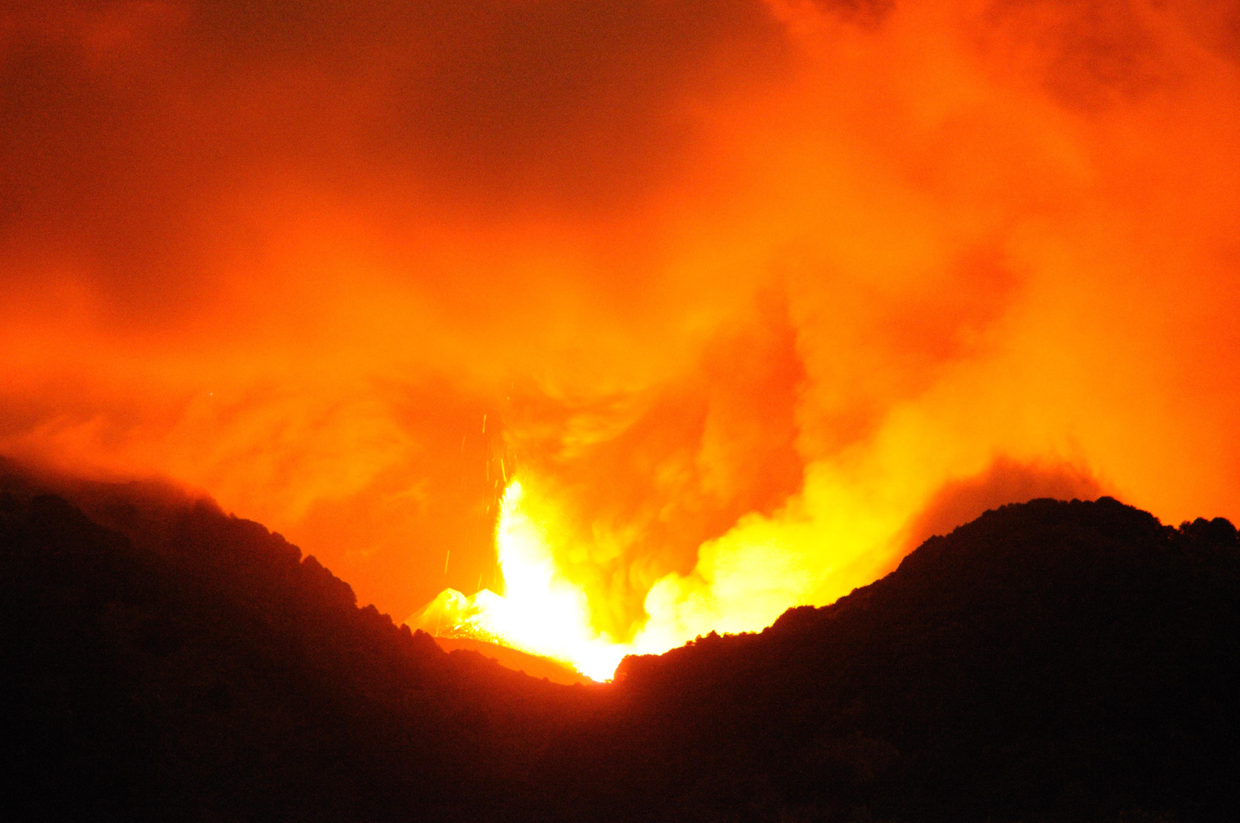 File:Etna Volcano Paroxysmal Eruption July 30 2011 - Creative ...